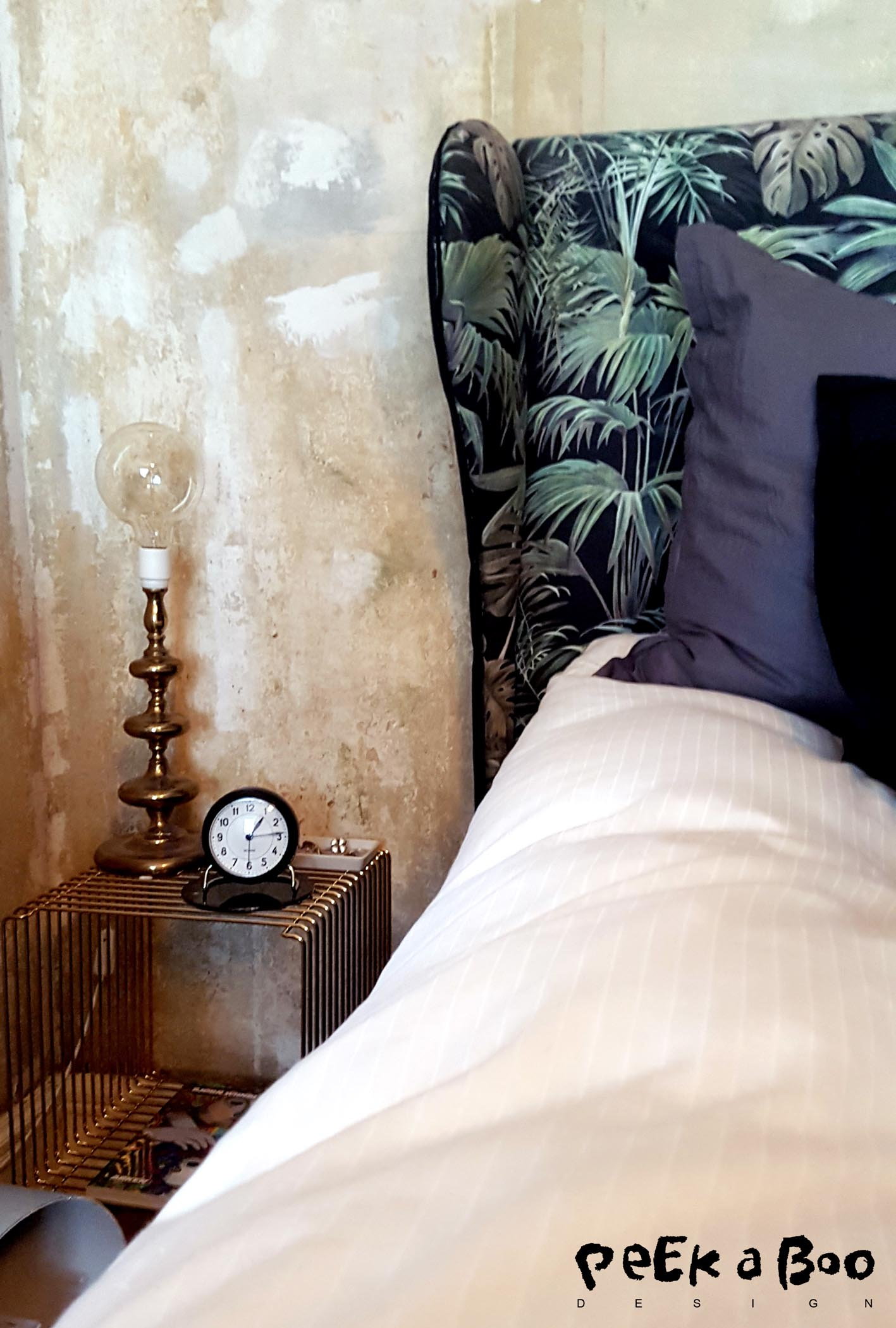 The Verner Panton wire cube in the limited gold version. The brass lamp is second hand with a huge bulb from Silvan. And my lovely Arne Jacobsen alarm clock.