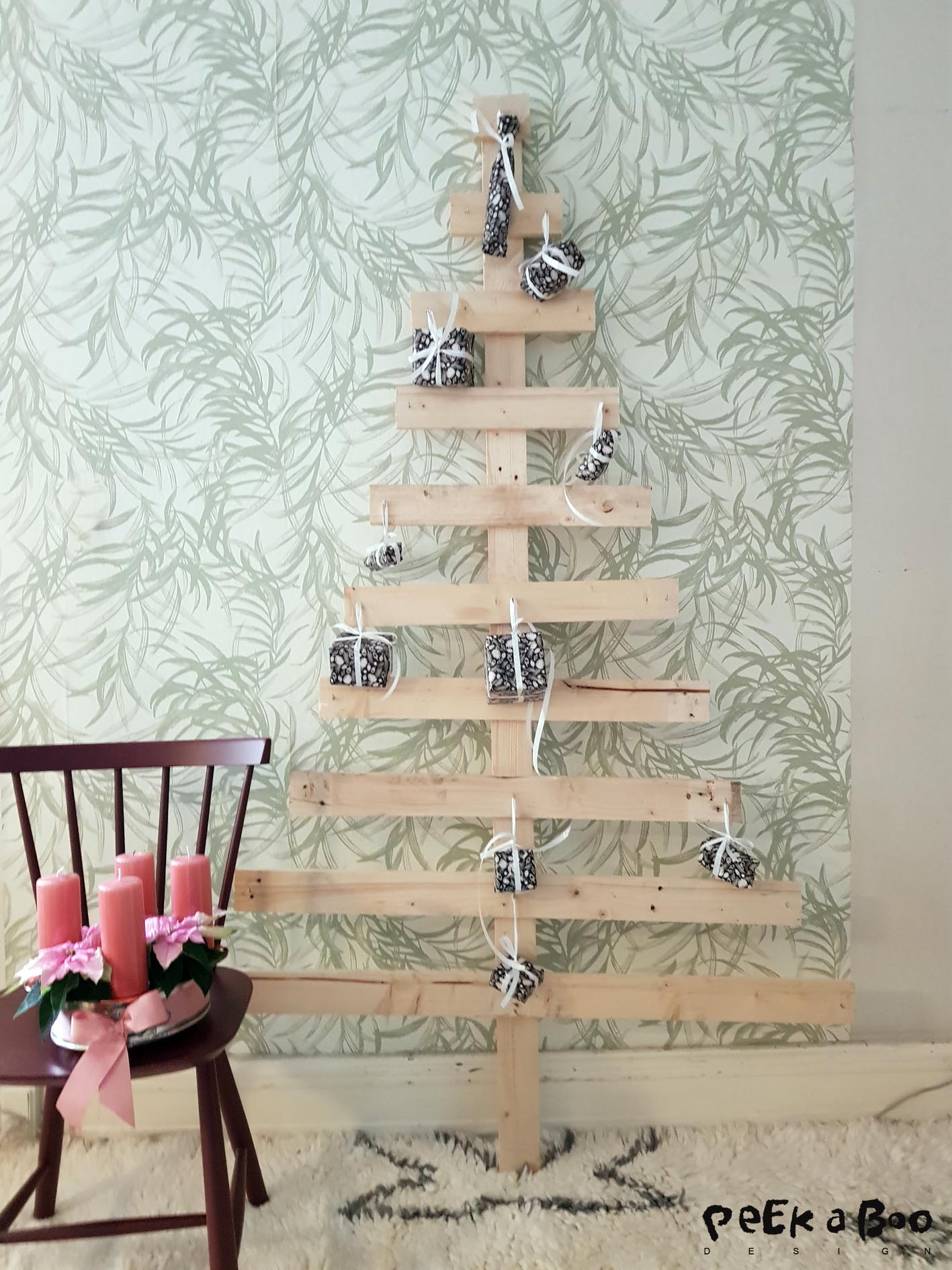 The adventcalender christmas tree made out of old pallets and giving christmas a nordic touch.