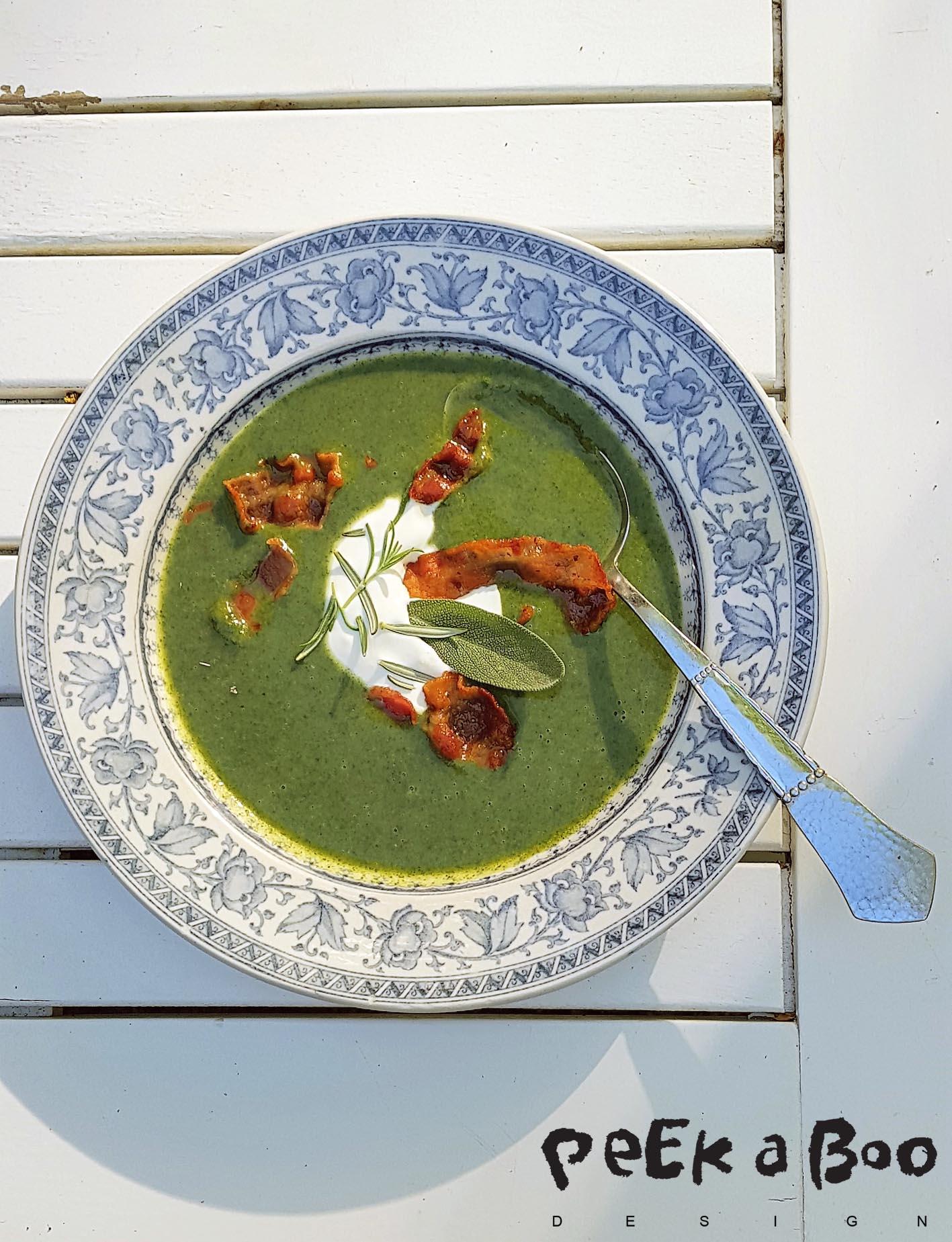 Brændenældesuppen serveret med creme fraiche, krydderurter og bacon.