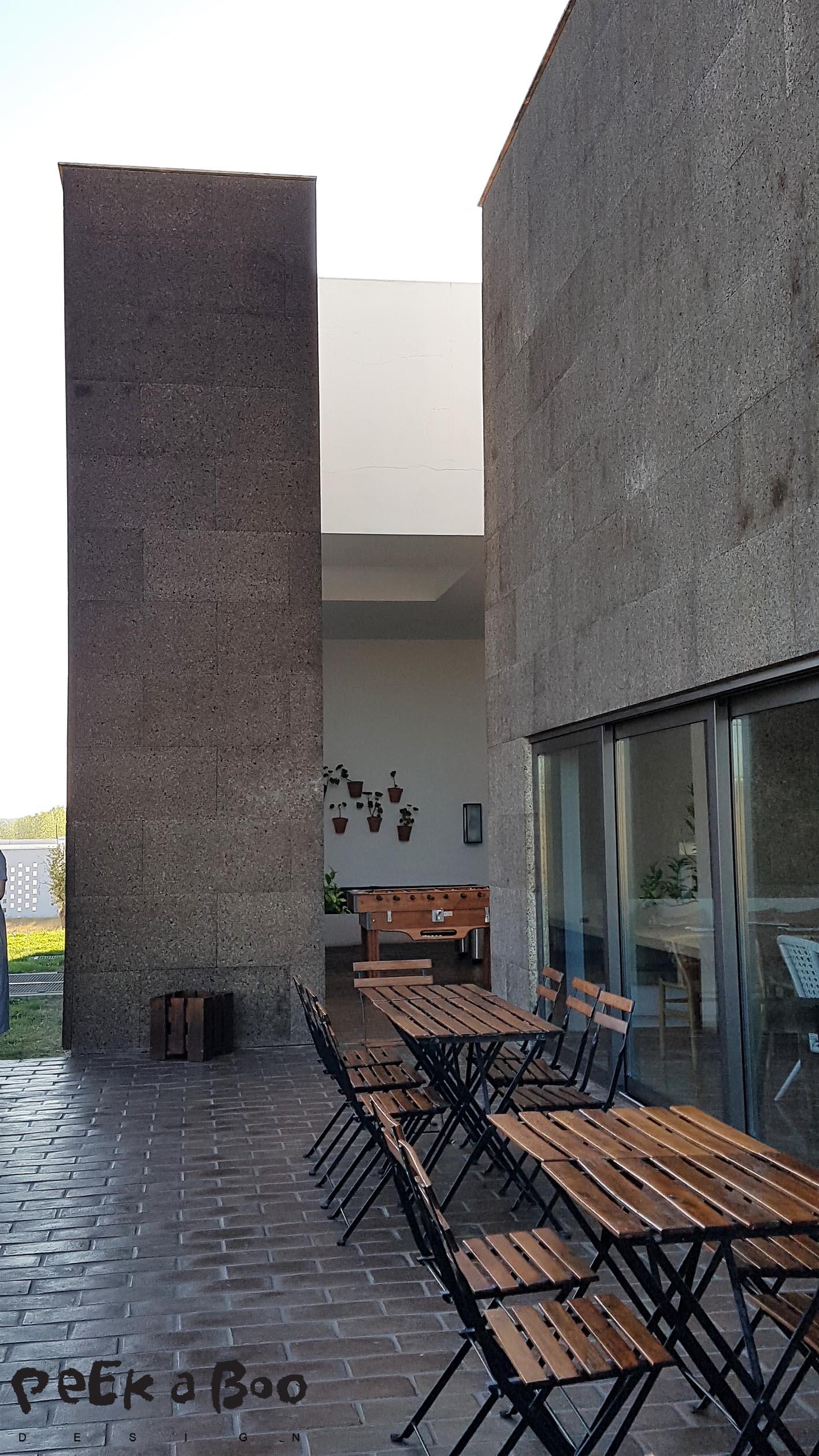 The terrace facing the cork plantation also have the isolating cork facade.