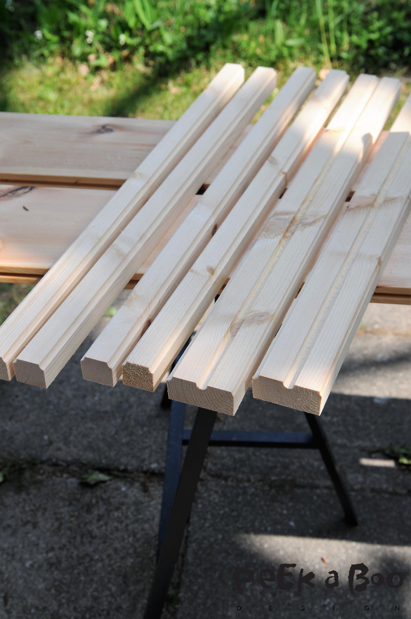 Sav nogle tværpinde ca. 15- 20 kortere end bredden på dit bord. De skal holde plankerne sammen og fastgøres derfor under bordpladen.
