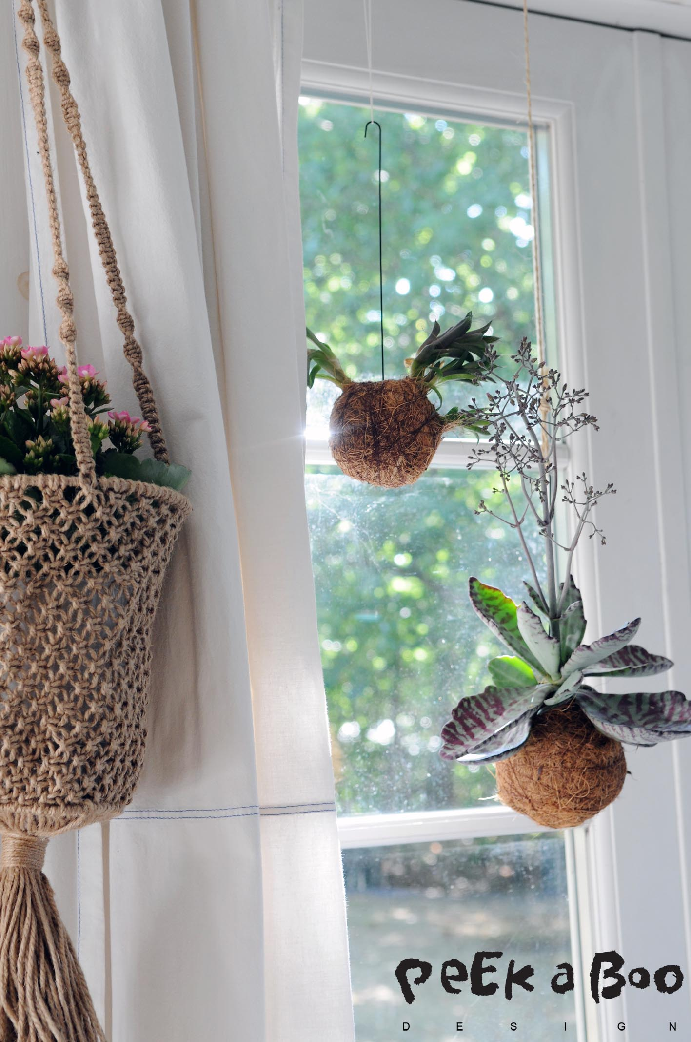 Kokedama, flowers and fleahmarket finds in a pretty mix in my window.