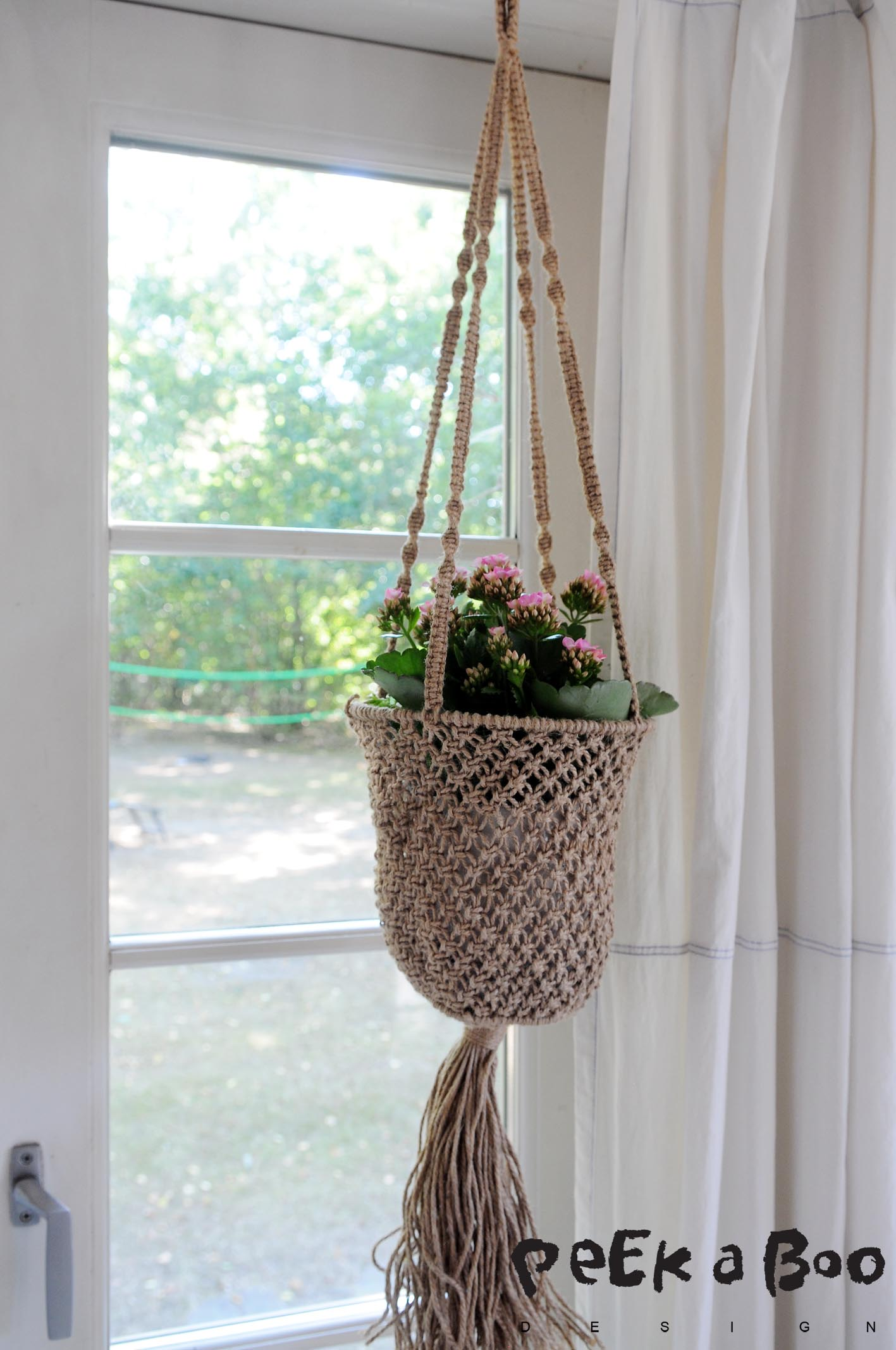 This pretty 70'ies style macrame hanger was found at a fleahmarket a coupe of days ago....I find the mix with the colourful kalanchoe perfect. What do you think ?