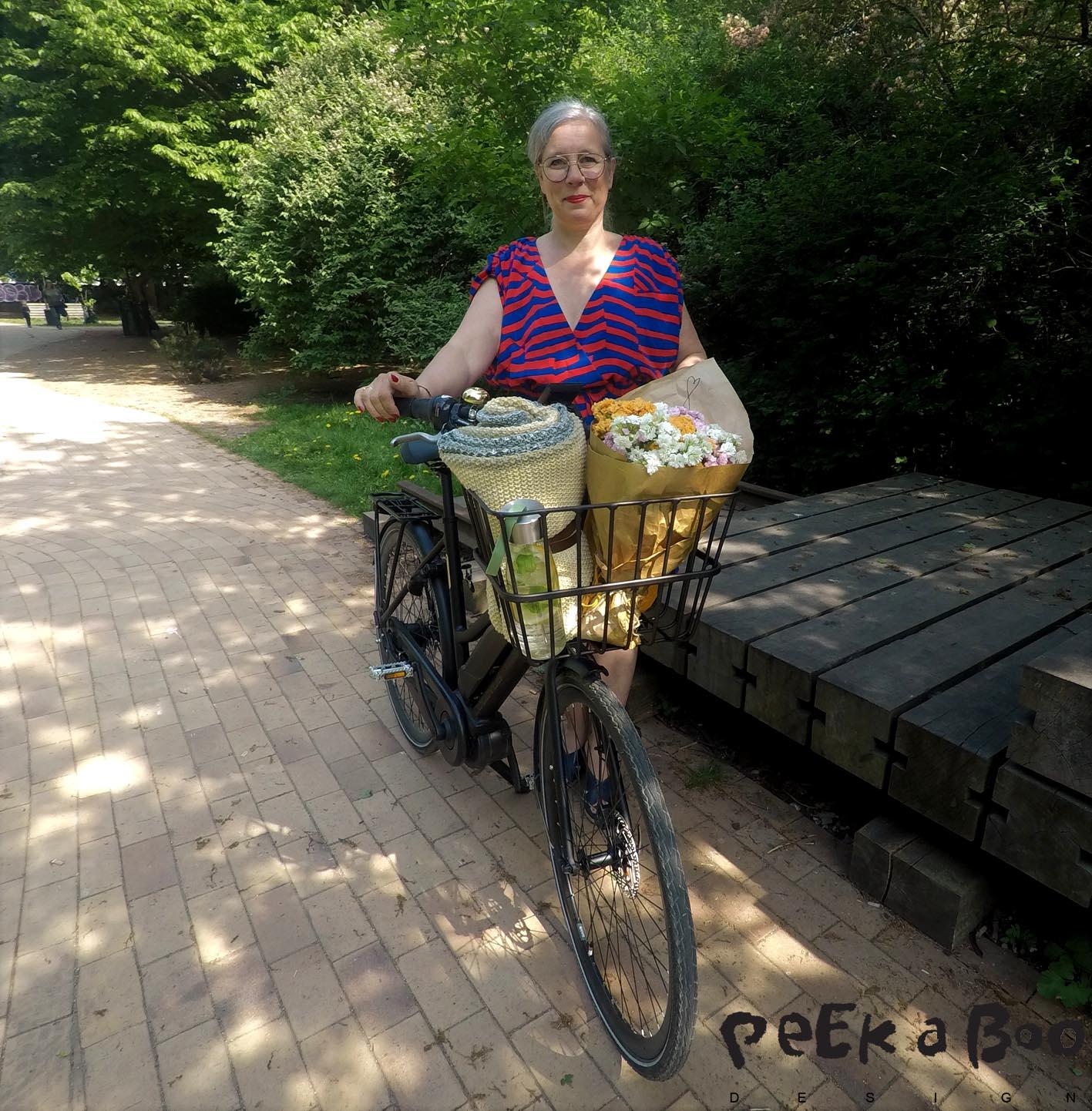 Mig og min testcykel...Den har alle praktiske funktionaliteter, som den rummelige cykelkurv foran.