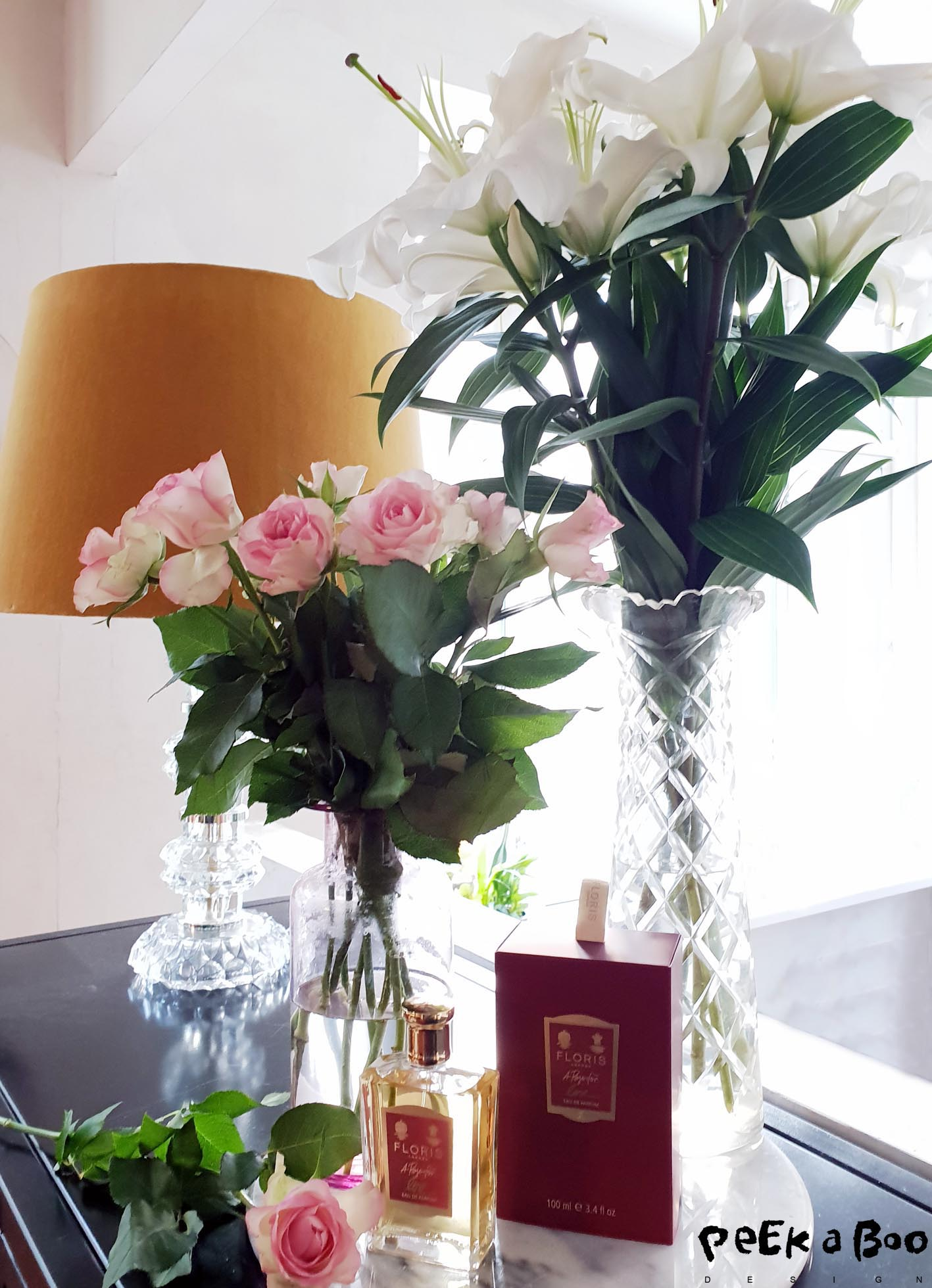 My livingroom with all the flowers and the pretty flacon from Floris.