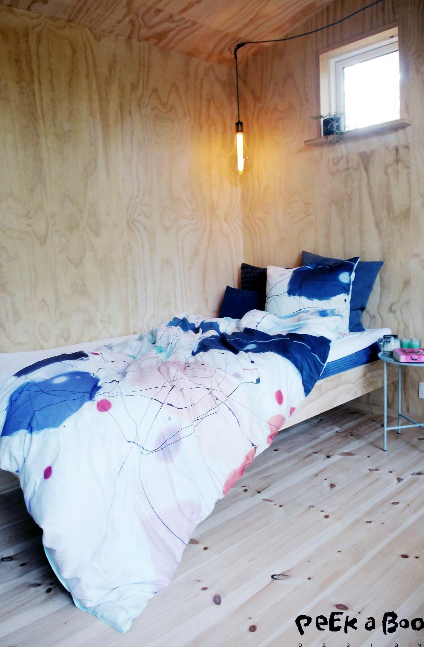 "Vibeke Lerfeldt Bjerkers sengetøj med maleriet ""Dont look down"" printet på det 100% økologiske bomuldssatin."