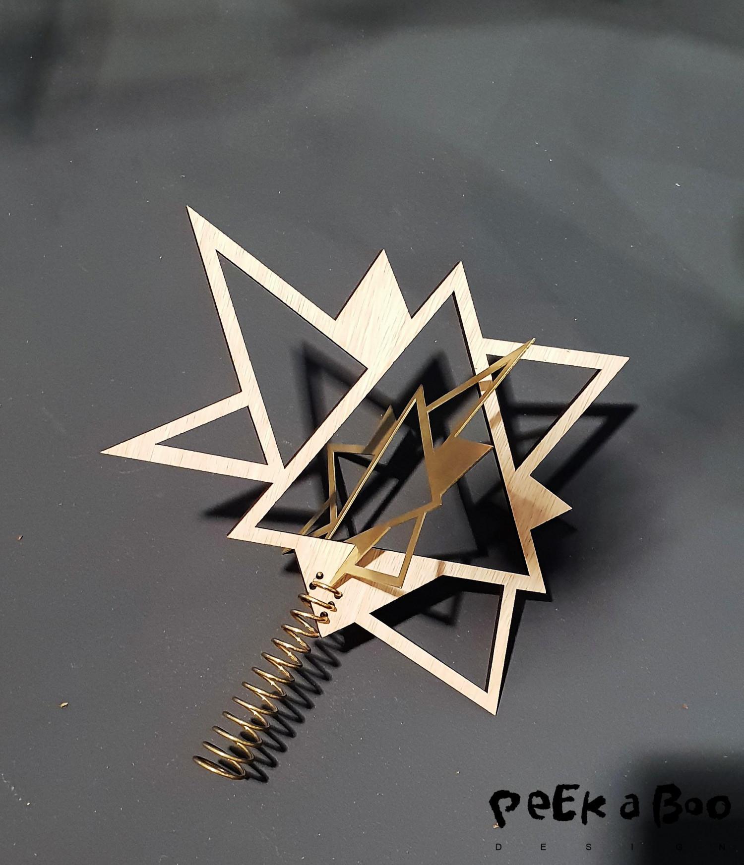 Denne asymmetriske topstjerne i messing passer perfekt i tiden, og kunne nemt gå hen og blive en klassiker i julen.