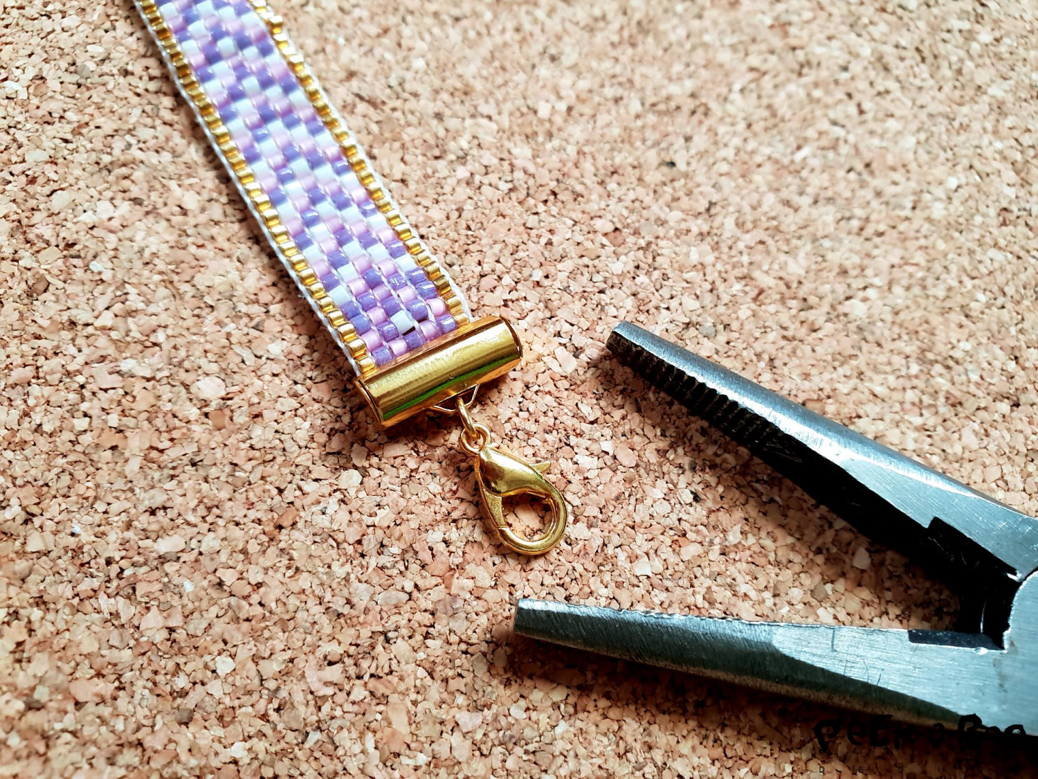 Now close both ends and mount a snap hook at one end. Before the snap hook can be an advantage to put two intermediaries, ie two rings. For this work you need two small pliers.