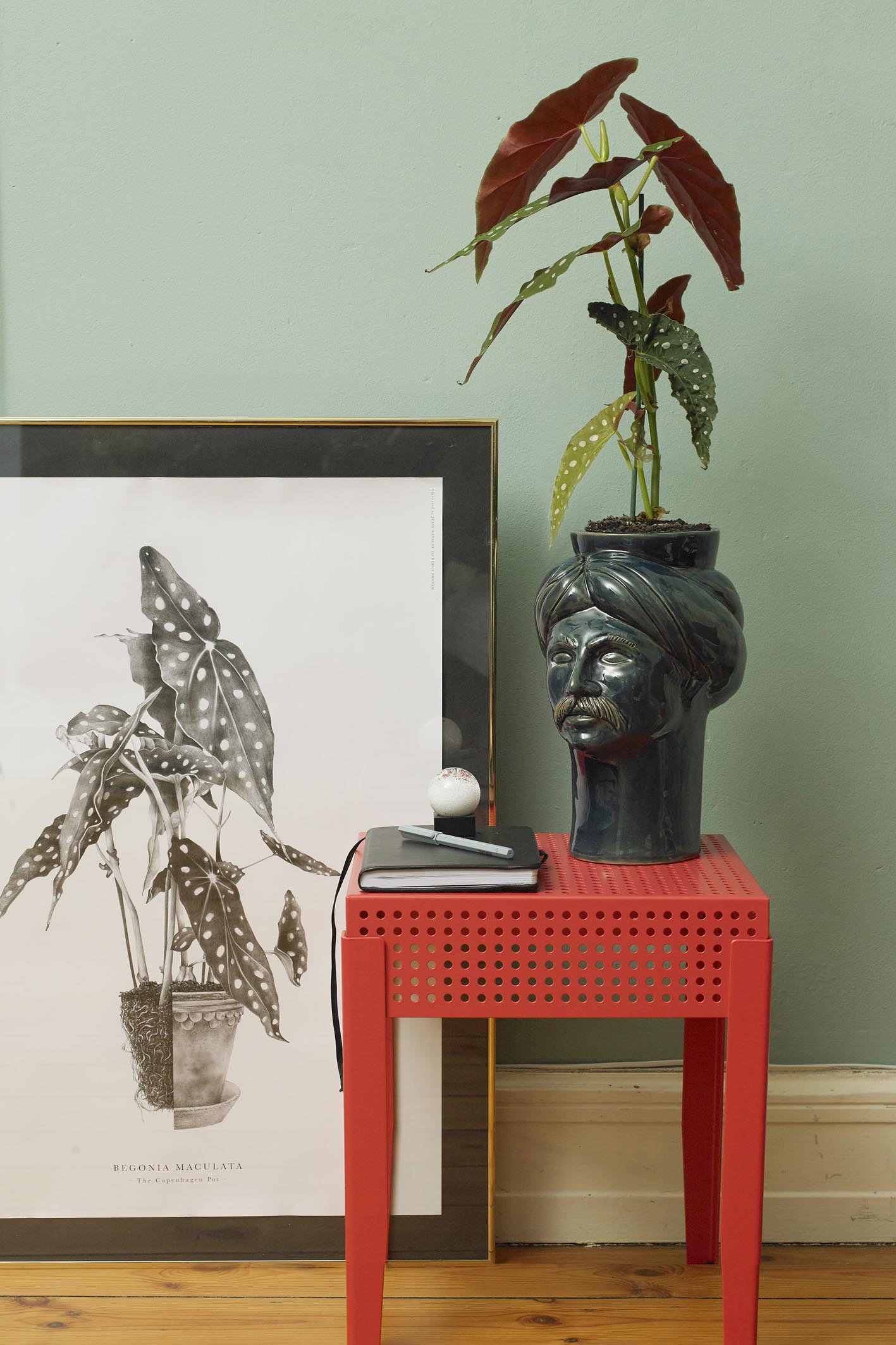 My styling of green plants in your home for the danish magazine Søndag. Photo by Birgitte Røddik.