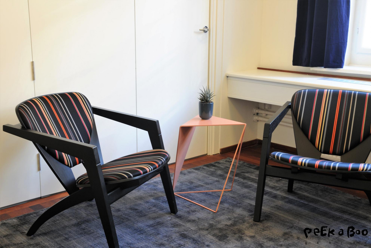 We took the chairs from the hallway and re-used for the small meetingroom. And added the nude sidetable from Munk Collective. And the new carpet made of upcycled yarn from Sofakompaniget.