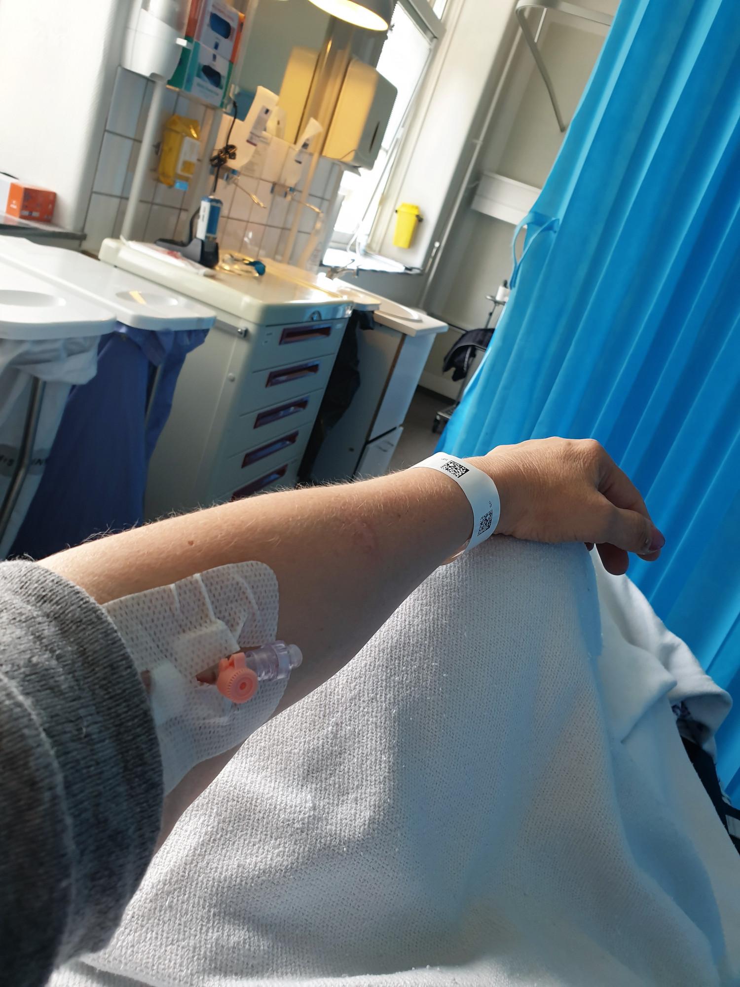 Fra mit ophold på akutmodtagelsen på Bispebjerg hospital...i ambulancen jokede vi kun lidt med at lave stories og selfies...