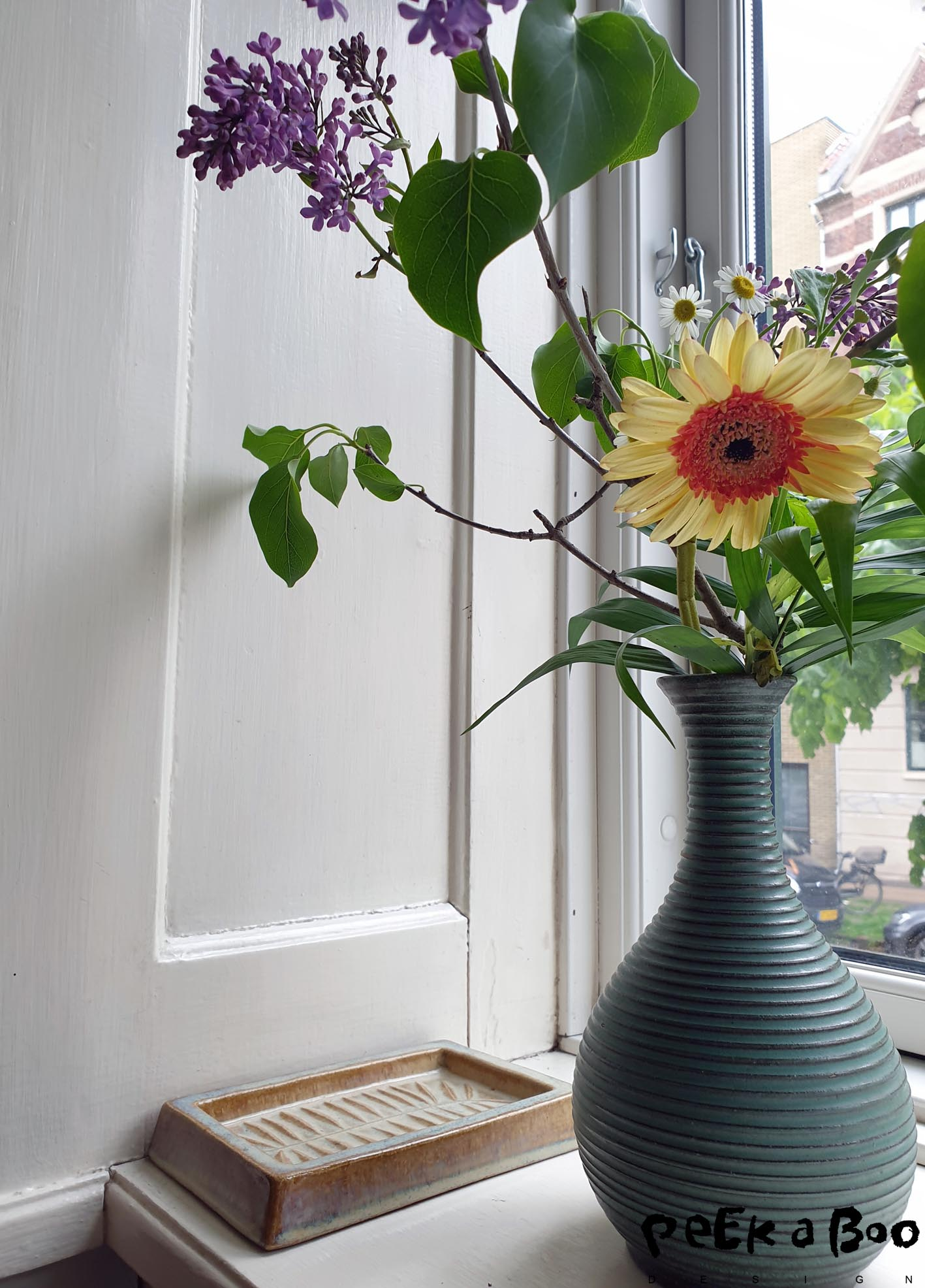 In my window sill right now I have flowers and fleamarket finds. THe vase is from the danish ceramic Michael Andersen and the tray is from Søholm both lived and worked on the island of Bornholm which is known for it's ceramics.