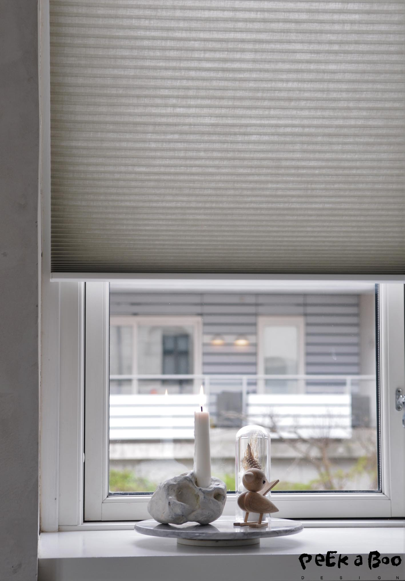 The windowsill invites to make some clean stillebens.