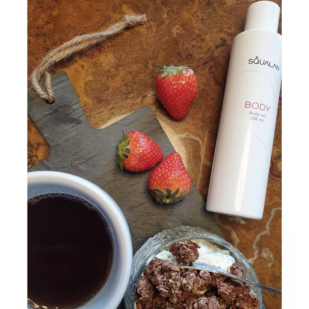 prøver at køre en sund livsstil med yoghurt, bær og en god fed olie til at hele sårene.