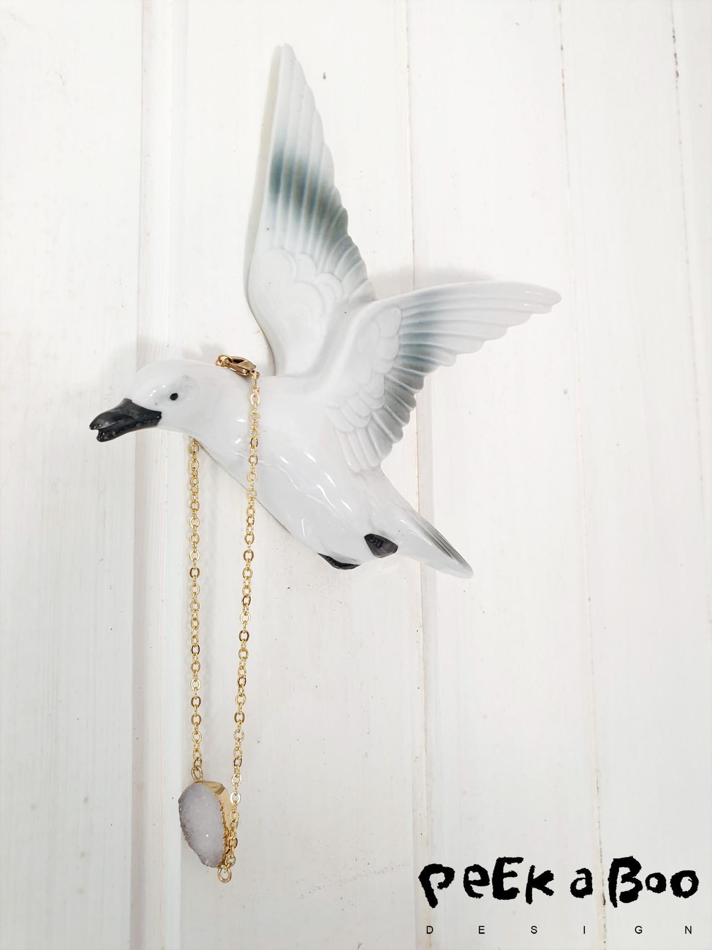 I have a thing with vintage porcelain birds, here is another one found on one of the fleamarkets I go to during the summertime. And it is perfect for hanging my anklet while not wearing it.