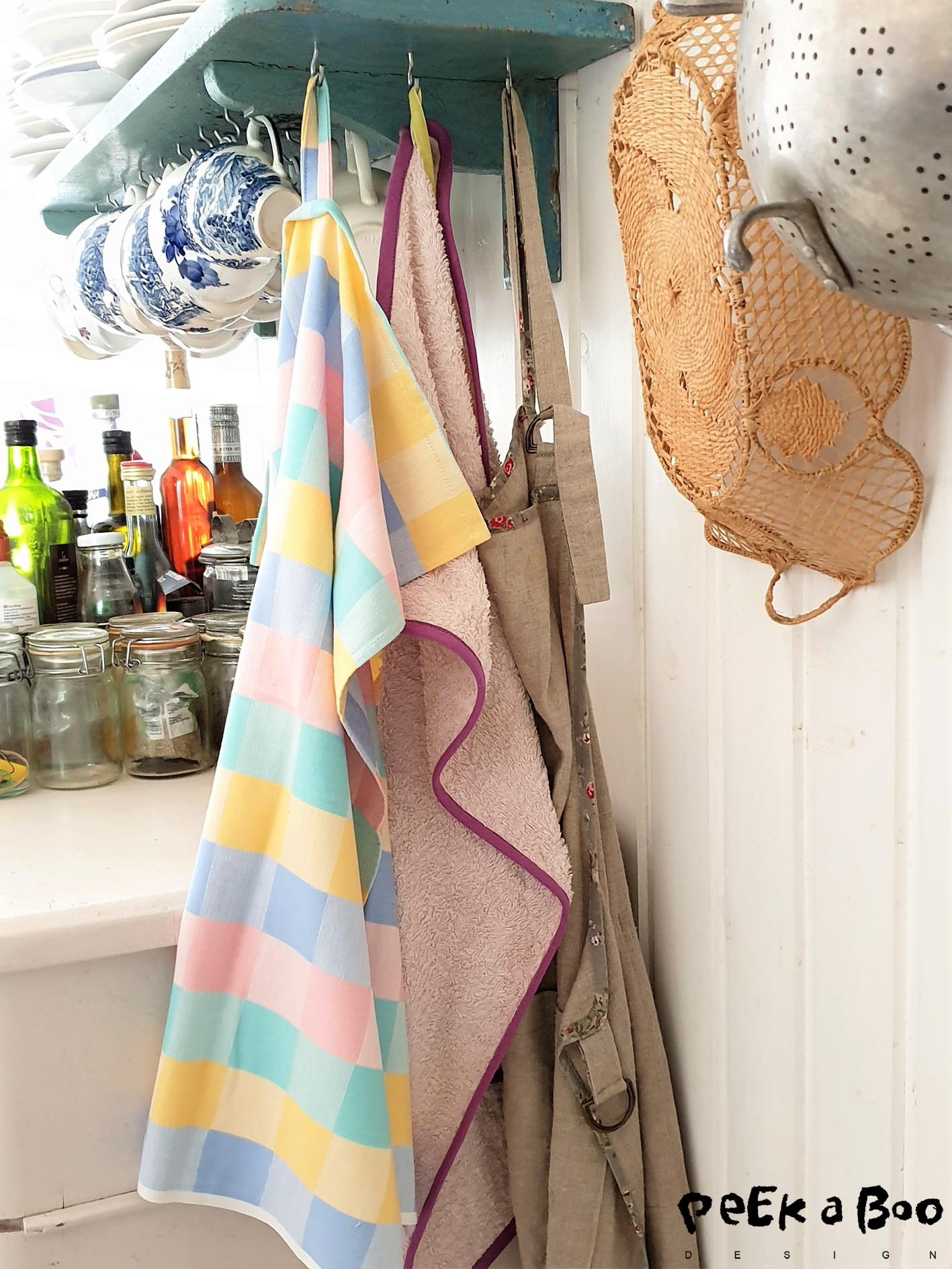 The tea towel is an upcycled tabelcloth, this is an easy way to recycle your old textiles. And the small towel is made from an old towel that has gotten too dirty on the middle part and therefore not useful any longer. Cut out the dirty part and make smaller towels for guests or the kitchen.