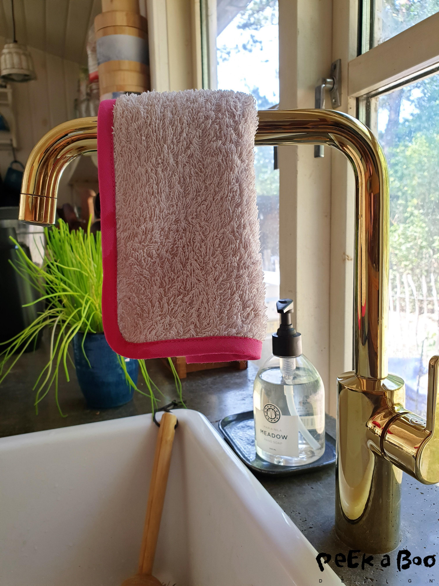 This dish cloth is made of an old towel. It is hanging on my new water tap from Damixa, read more about that here. The handwash is from swedish Maria Nila that makes vegan, cruelty free and climate compensated products.