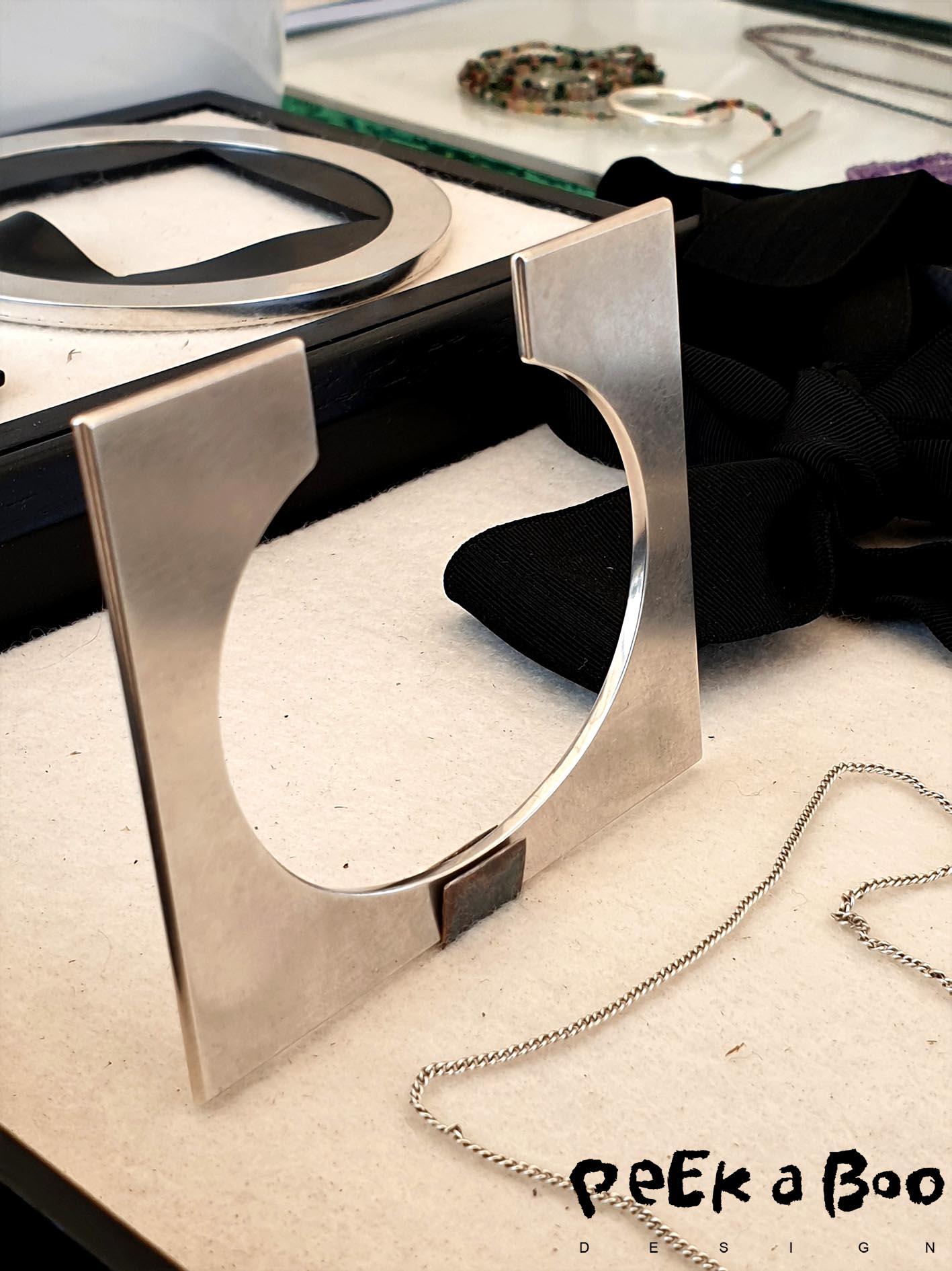 karina noyons grafic jewellery made of silver and black nylon.