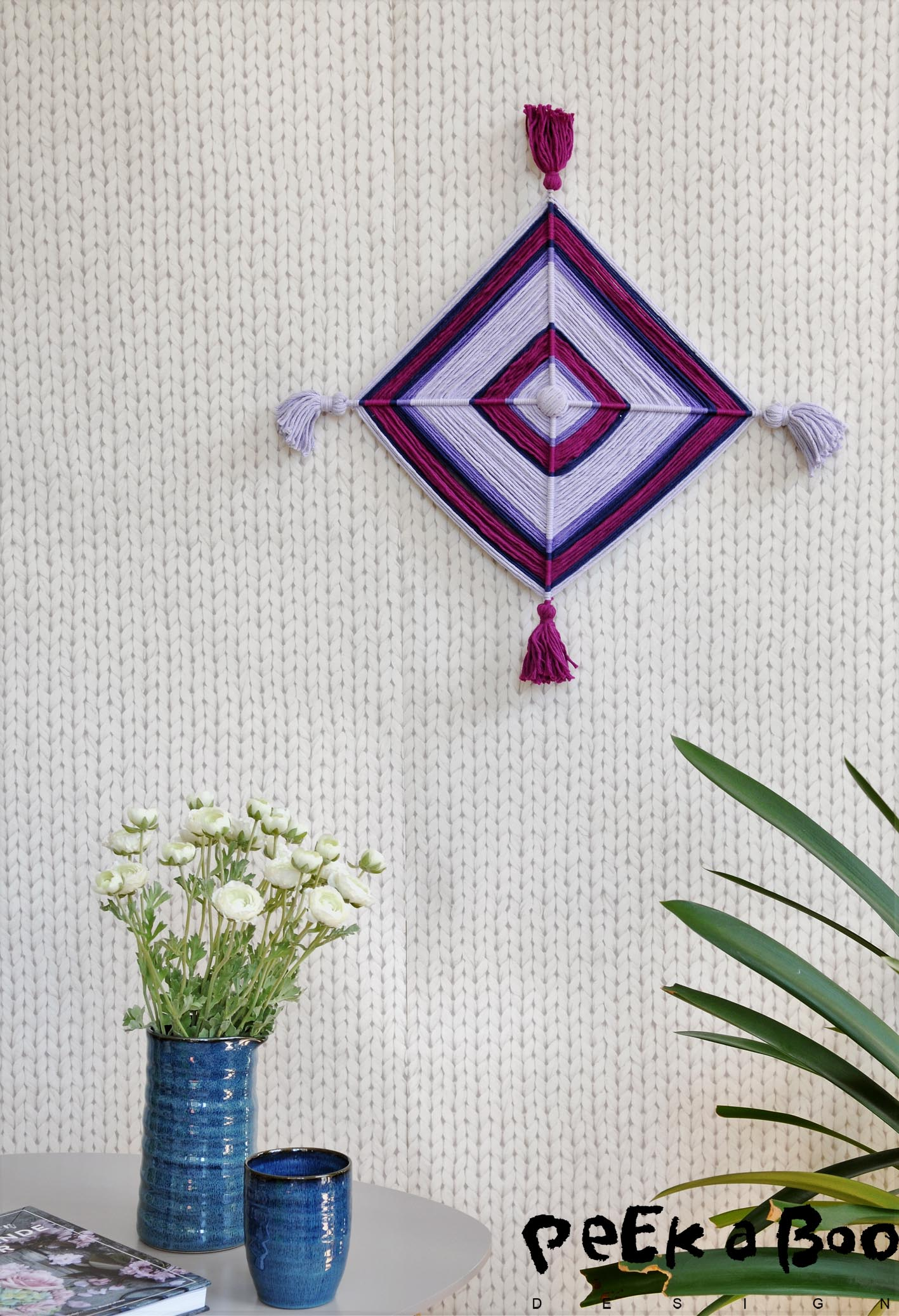 Normally you make the chestnuts with four toothpicks and the yarn weaving. This is just a bigger version, that will suit any wall.