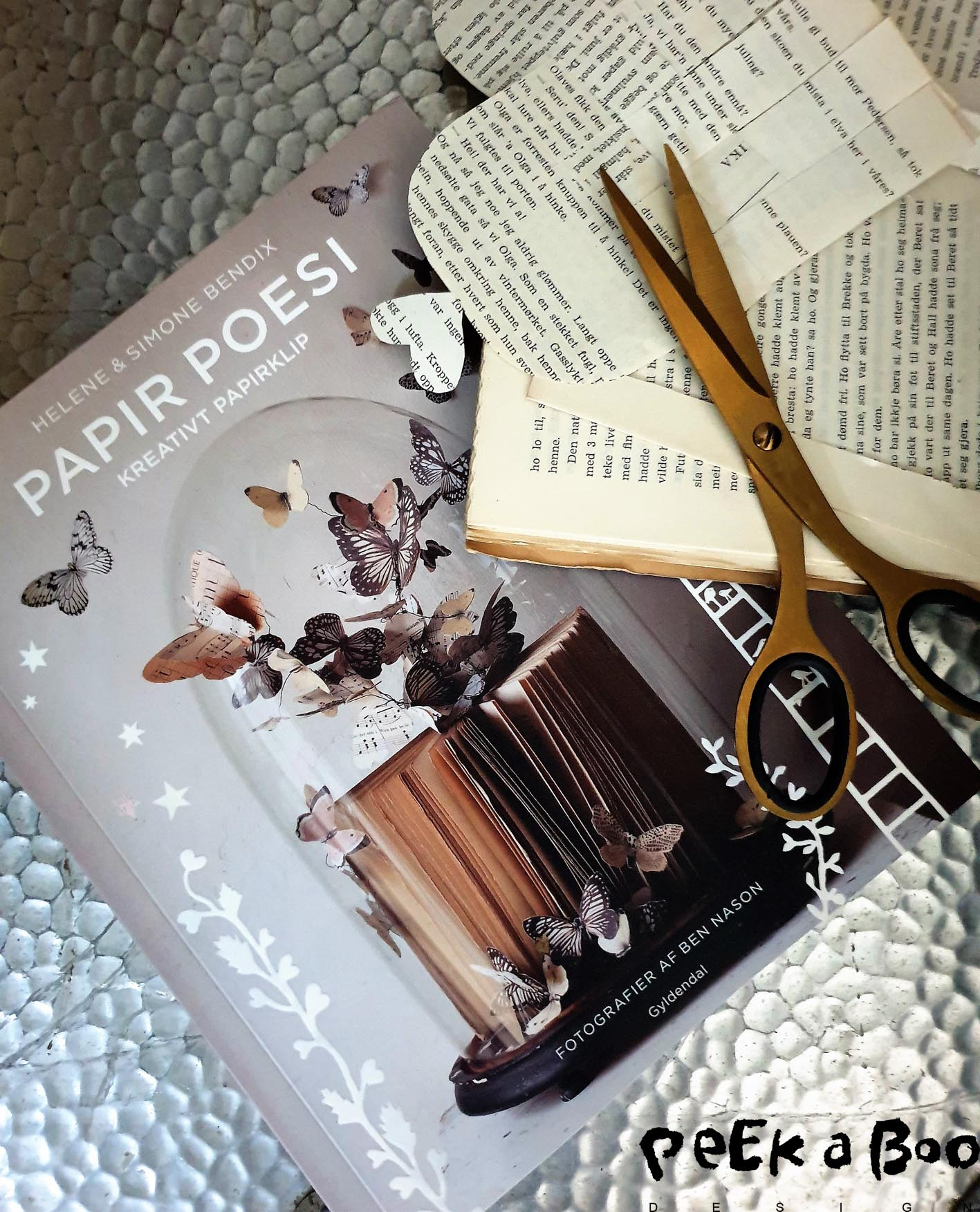 Paper poety is the english title on this book that shows how to cut poetry in paper, by the twins helene and Simone Bendix.
