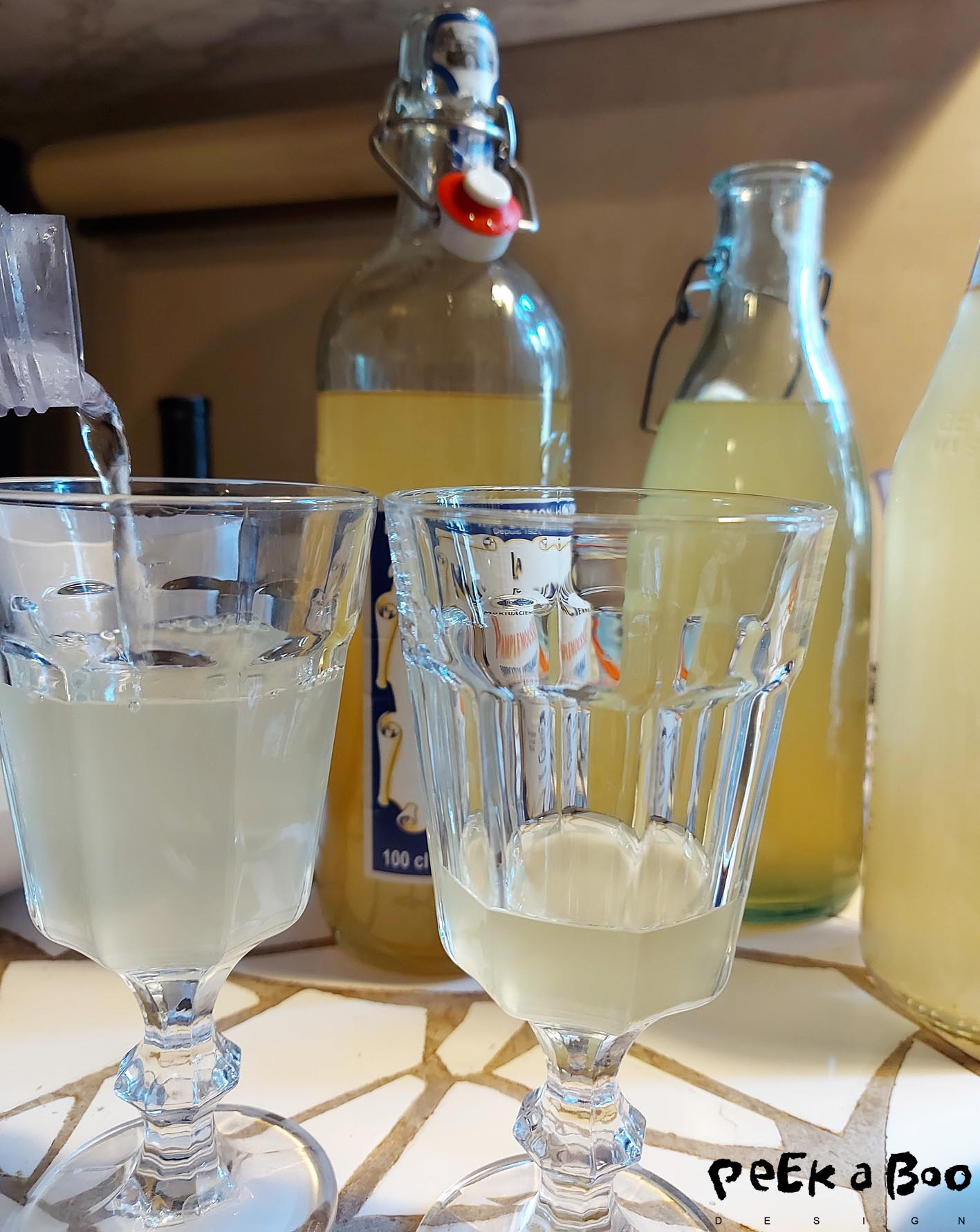 Mix the elderflower with sparkling soda for at refeshing summerdrink.