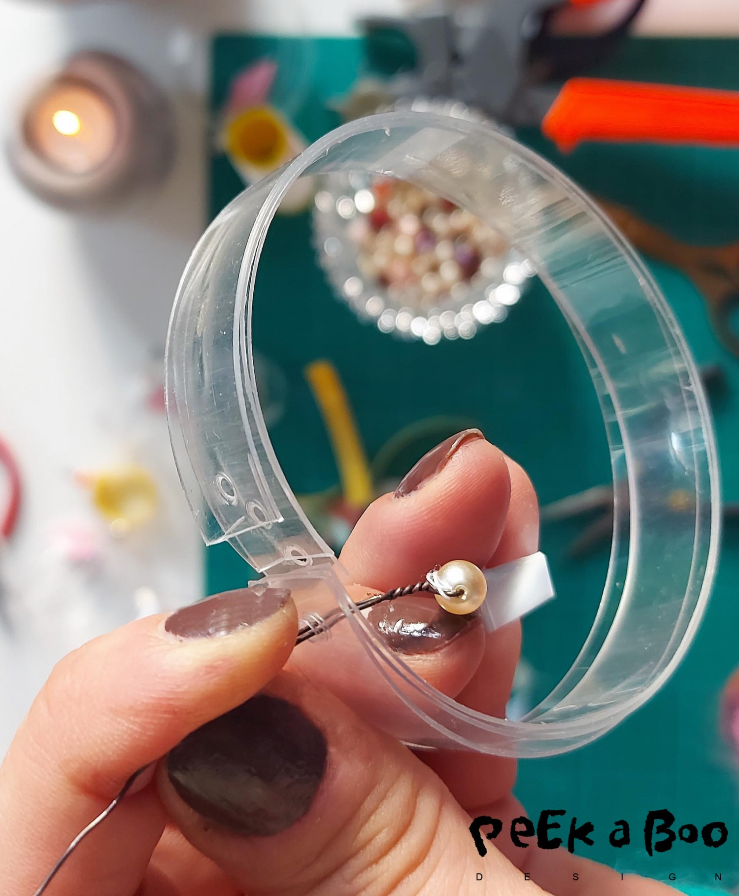 Pull the metal thread through the plastic rings to measure that the get the correct length. Cut the other ends so they are matching inside each other.