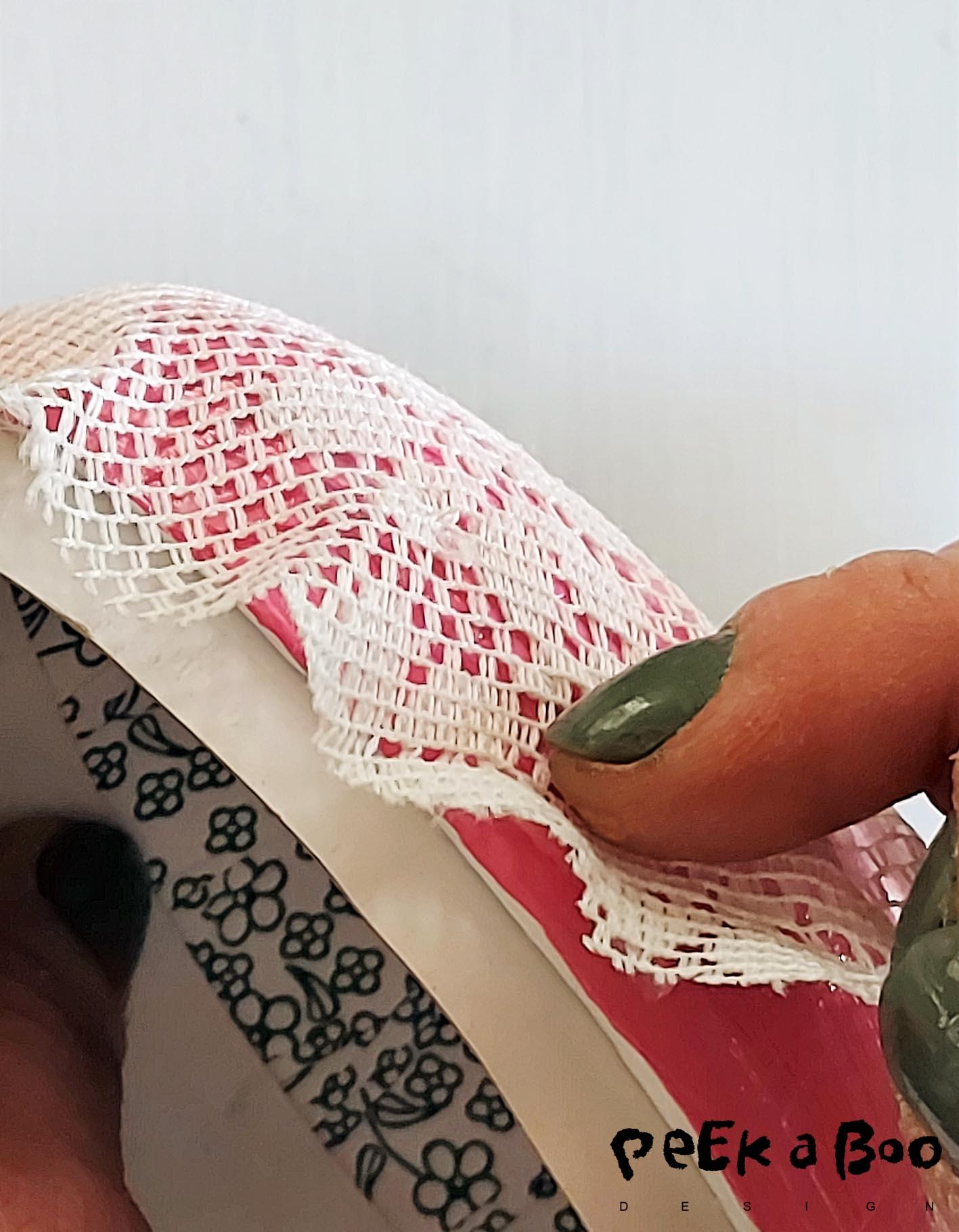 Attach the lace round the edge.