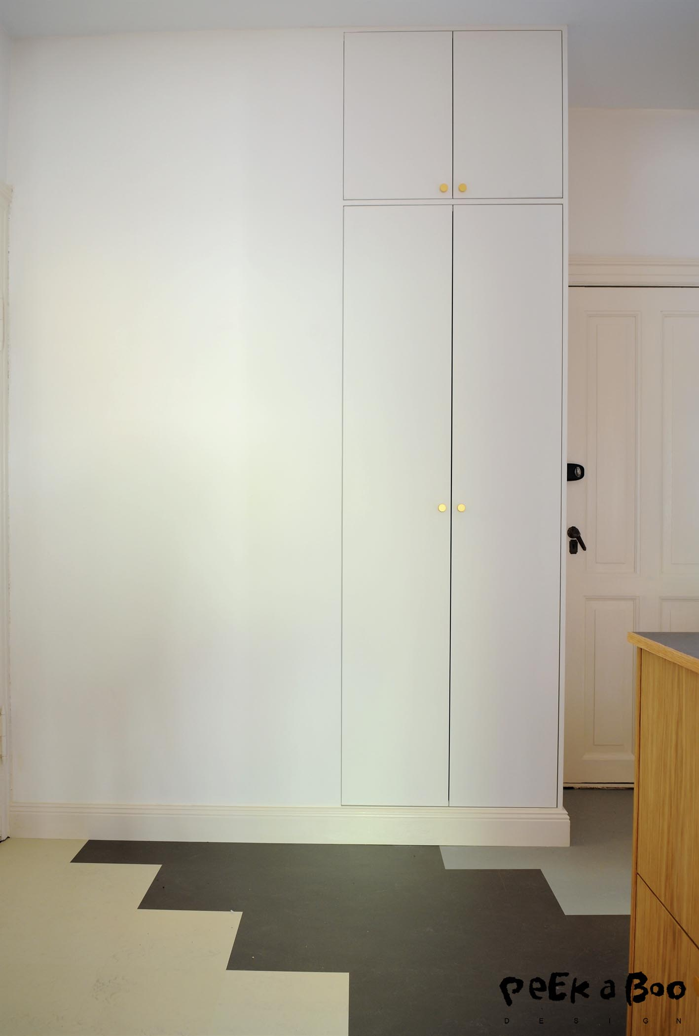 The built-in cabinets also got the como handles and they look just as perfect on the cream colored wall cabinet.