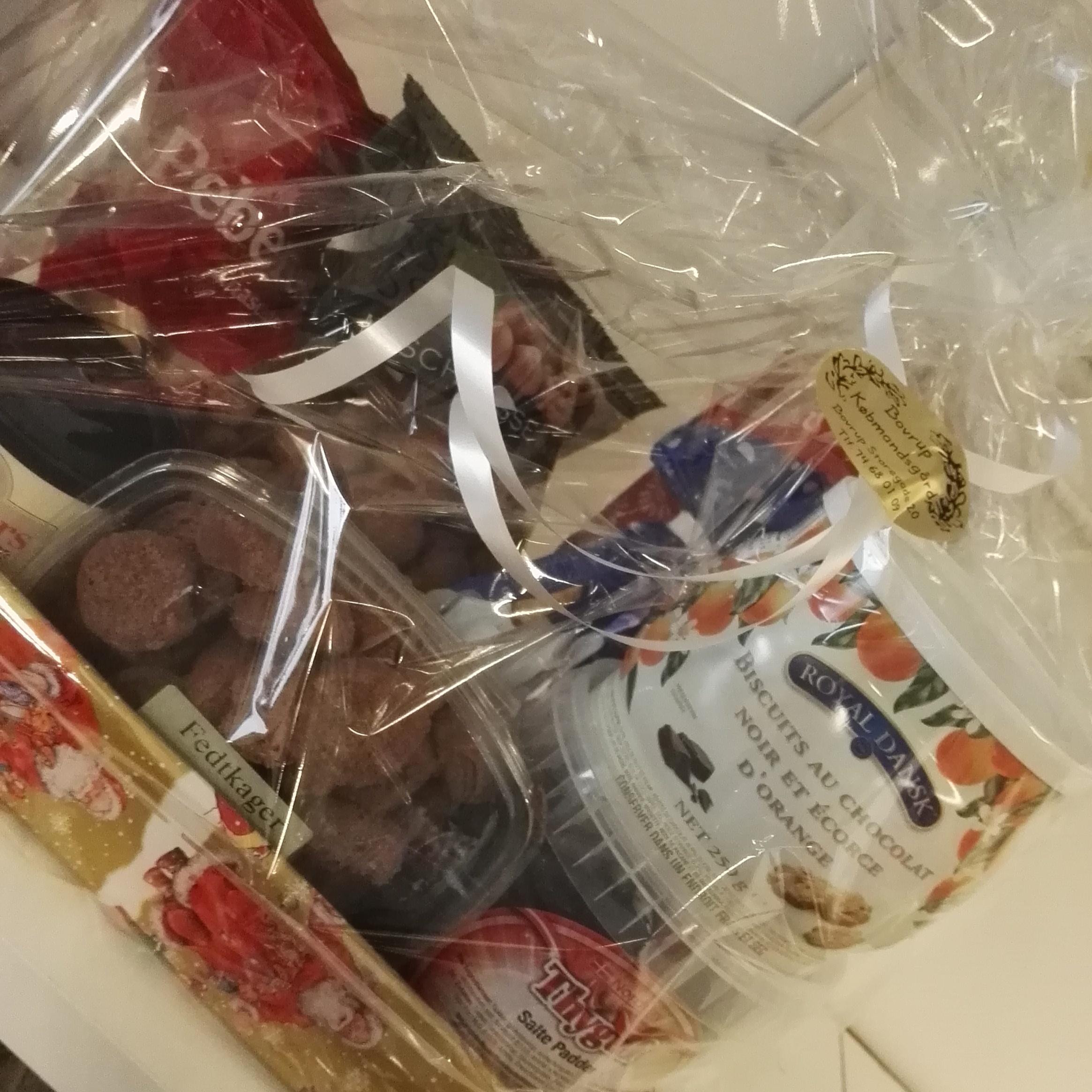 Lækker gavekurv med masser af juleforkælelse