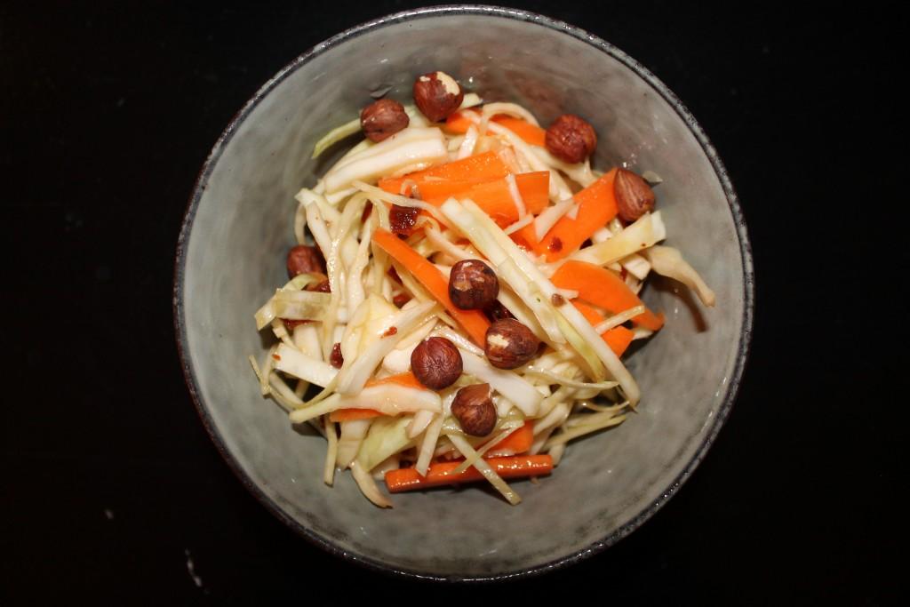 salat med kål og hasselnødder