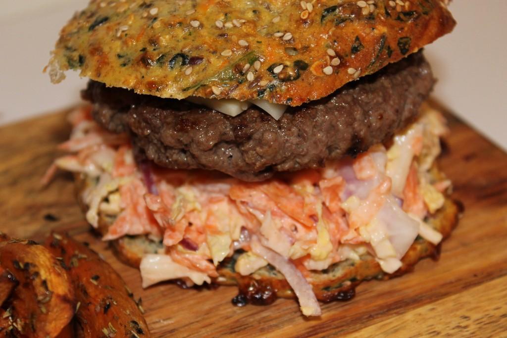 low carb burger og søde kartoffel fritter
