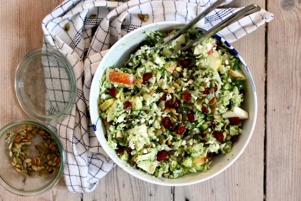 Broccoli couscous med æble, tranebær og hytteost