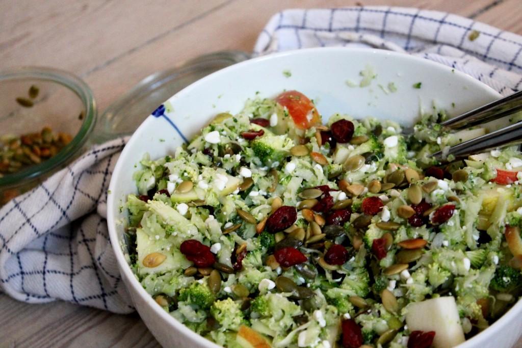 Broccoli-couscous med æble, tranebær og hytteost
