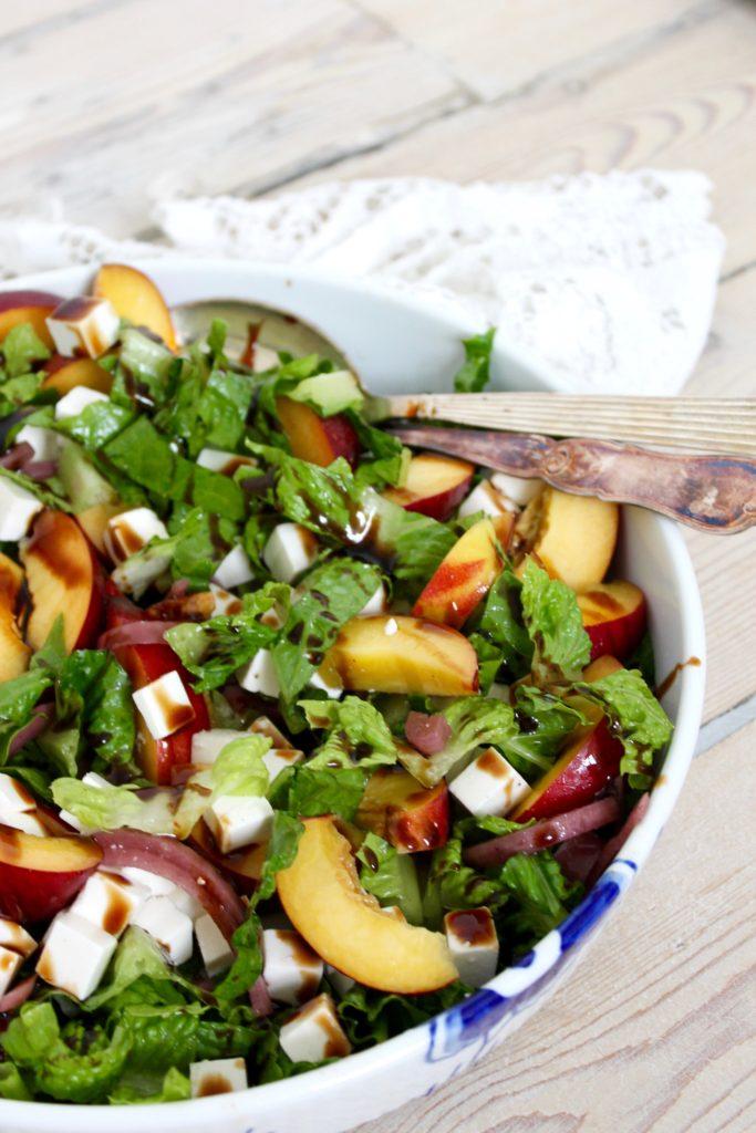 Salat med fersken, feta og lynsyltede rødløg