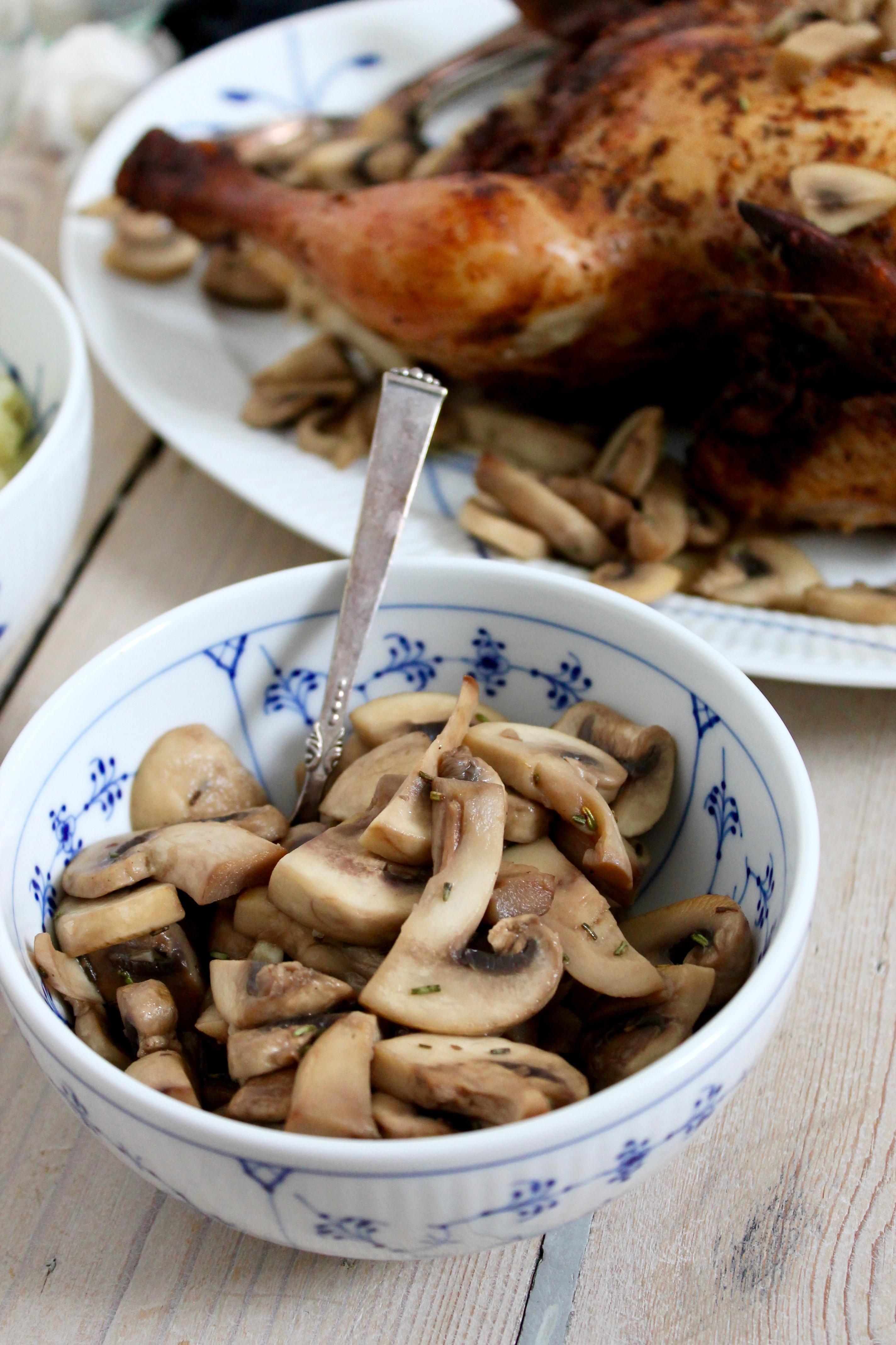 Hel kylling i ovn med stegte svampe og broccoli-selleri mos