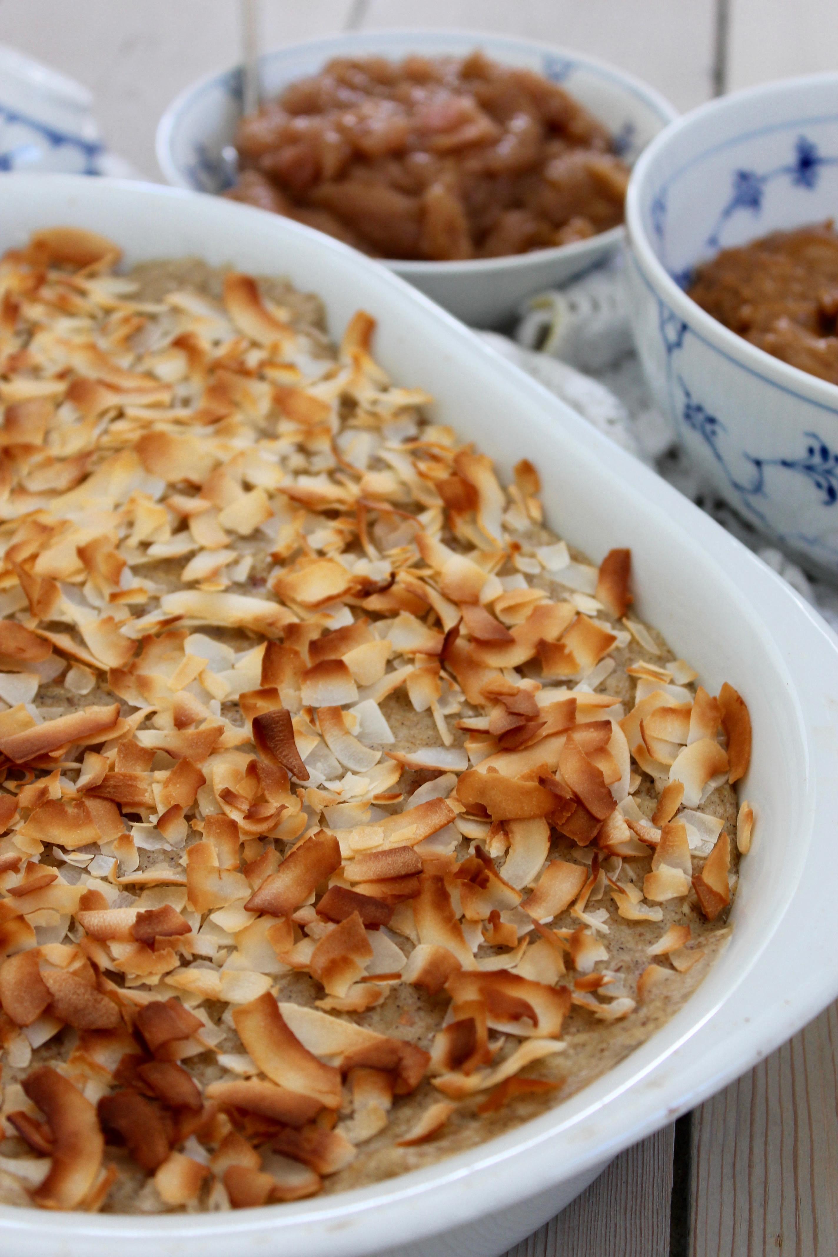 Bagt havregrød med karamel, kokos og kompot