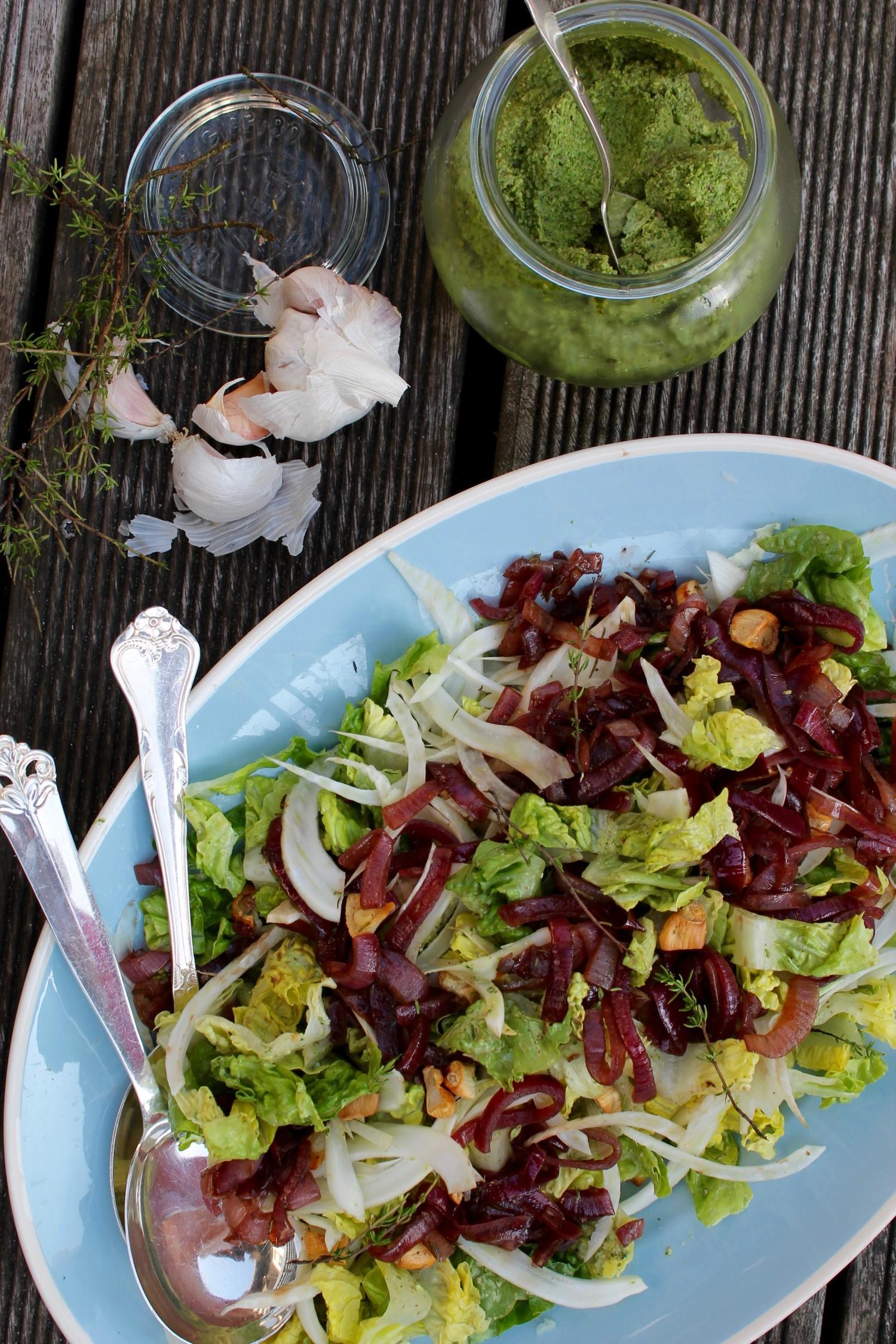 salat med løgmarmelade, grøn pesto, fenikel og bagte hvidløg