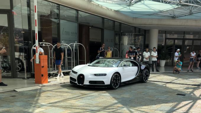 Bugatti Chiron ved Hotel Fairmont i Monaco