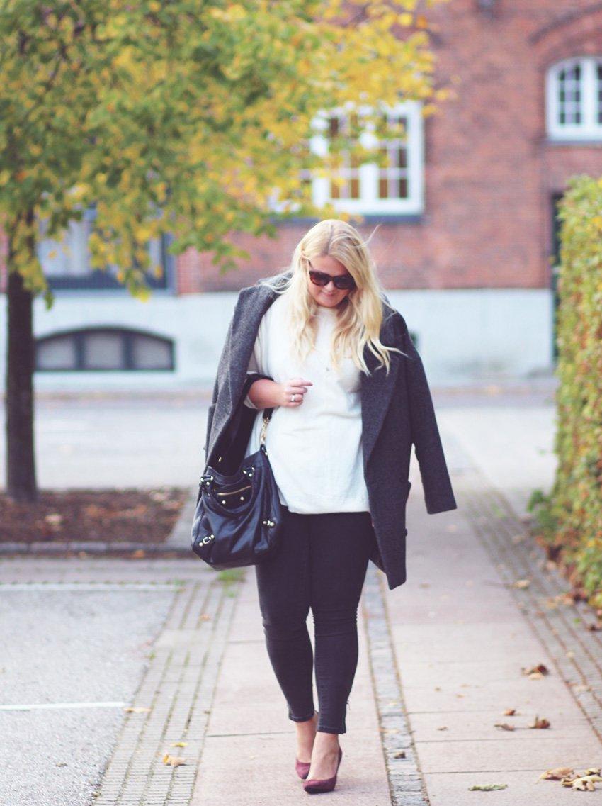 OUTFIT <i>- work wear i bordeaux heels & grå jeans</i>
