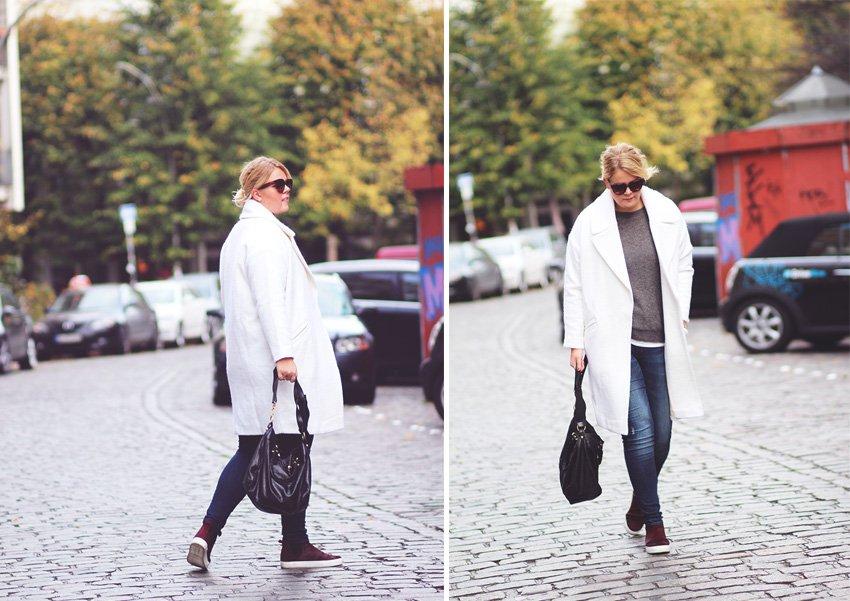 OUTFIT <i>- hvid frakke fra ASOS, jeans og bordeaux hightops</i>