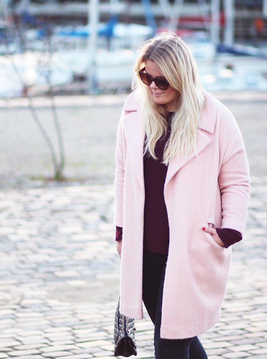 SØNDAG <i>- i bordeaux sweater og lyserød frakke</i>