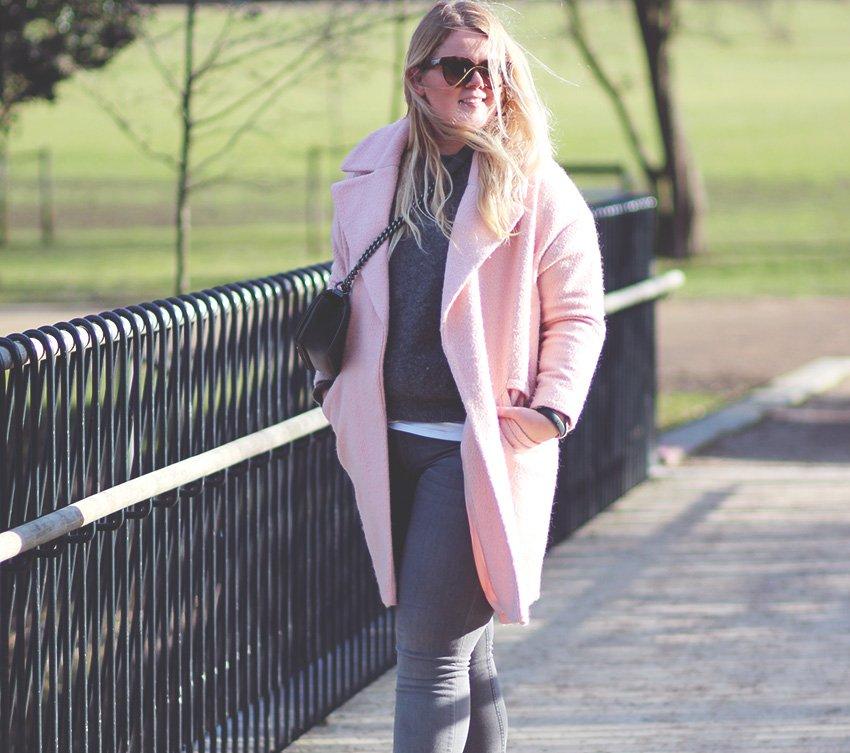 OUTFIT<br>- pink ASOS frakke og grå jeans fra H&M..