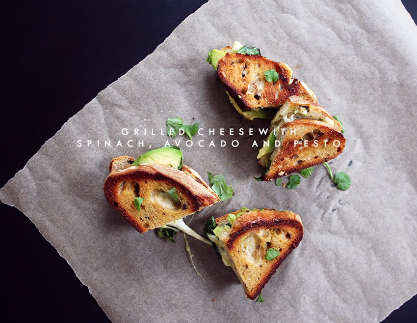 SØNDAGSFROKOST<br>- grilled cheese med spinat, avocado og pesto..