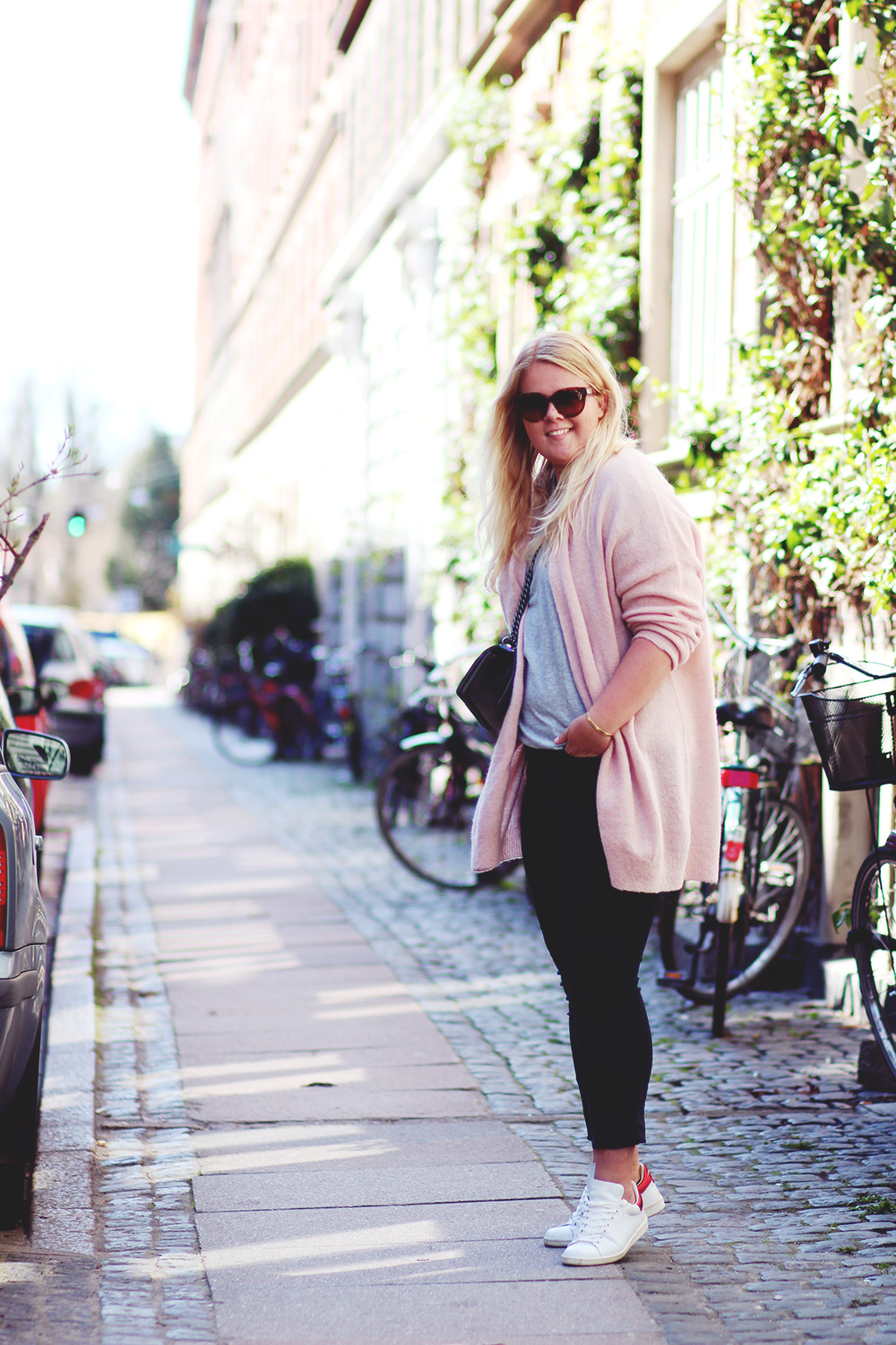 OUTFIT - lyserød cardigan fra Notice