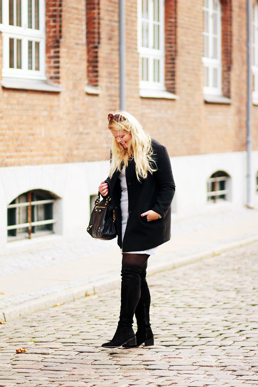 OUTFIT - strikkjole og høje støvler..