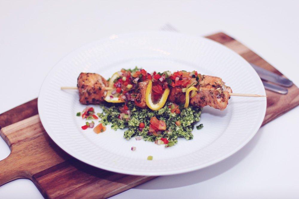 HVERDAGSMAD - laksekebab med broccoli tabbouleh..