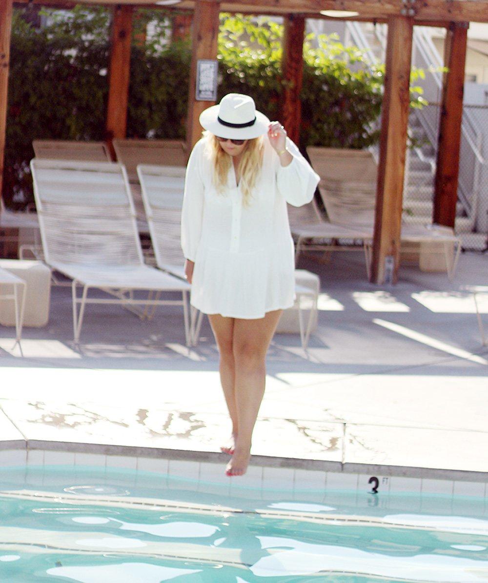 ace-hotel-pool-H&M-hvid-kjole-og-panama-hat-outfit