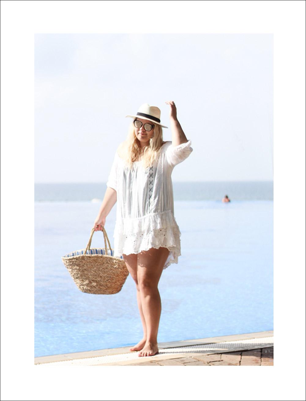 hvid-sommerkjole-badedragt-strandtaske
