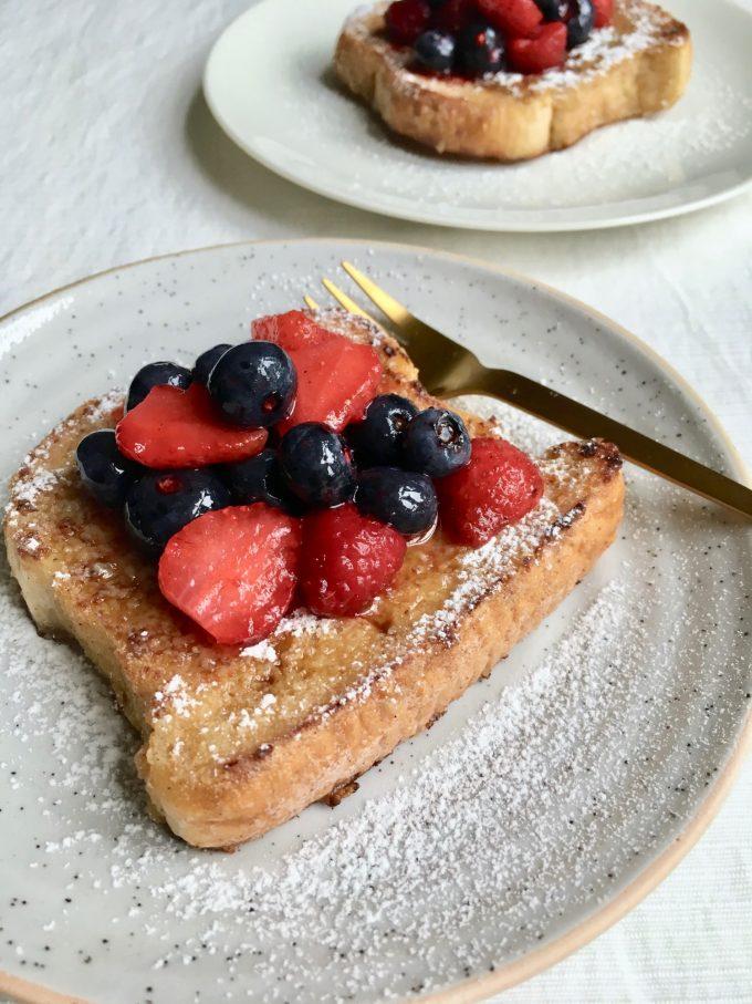 french toast med limemarinerede bær