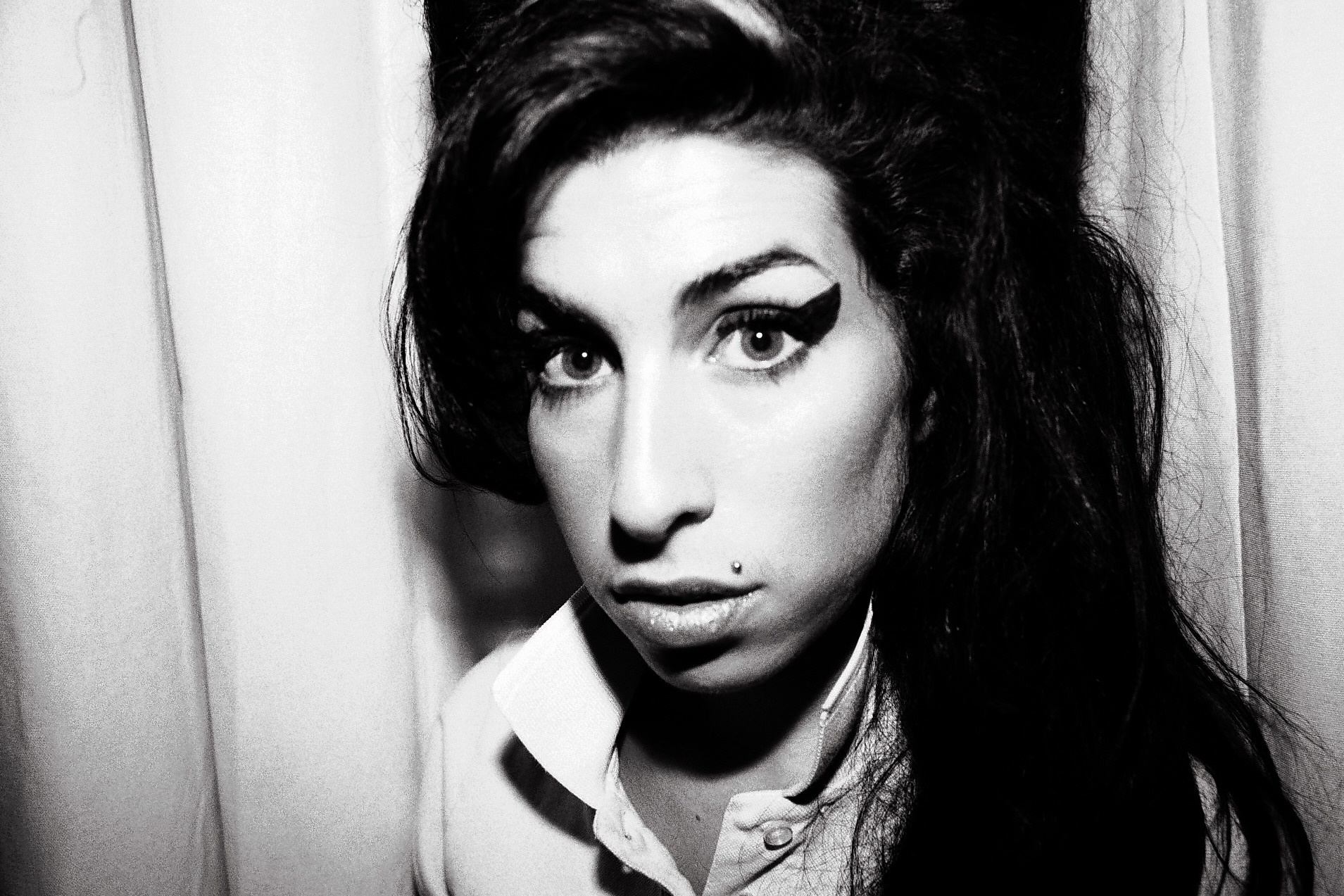 D 77032-15 Amy Winehouse. Obligatory Credit - CAMERA PRESS / Mari Sarai. SPECIAL PRICE APPLIES - CONSULT CAMERA PRESS OR ITS LOCAL AGENT. British singer/songwriter Amy Winehouse. *** Local Caption *** 00/00/2006. Singer Amy Winehouse